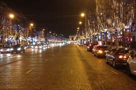 400 de pomi au fost decorati de Cràciun pe Avenue des Champs-Elysées