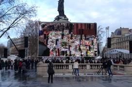 Lumea se adunà în Place de la République pentru un ultim omagiu adus victimelor atentatelor din 2015