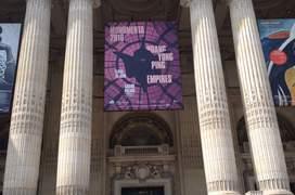 Intrarea de la Grand Palais unde este instalatà opera giganticà a lui Huang Yong Ping