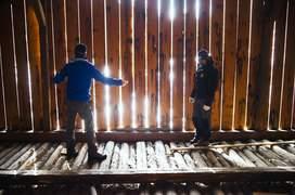 Ionuţ Vlad şi Iulian Angheluţă ajută la instalarea panourilor fotovoltaice din Cruhla. Foto: Andrei Becheru