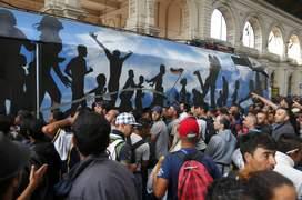 Imigranţi disperaţi încearcă să urce într-un tren, în gara Keleti din Budapesta (Foto: Reuters/Laszlo Balogh)
