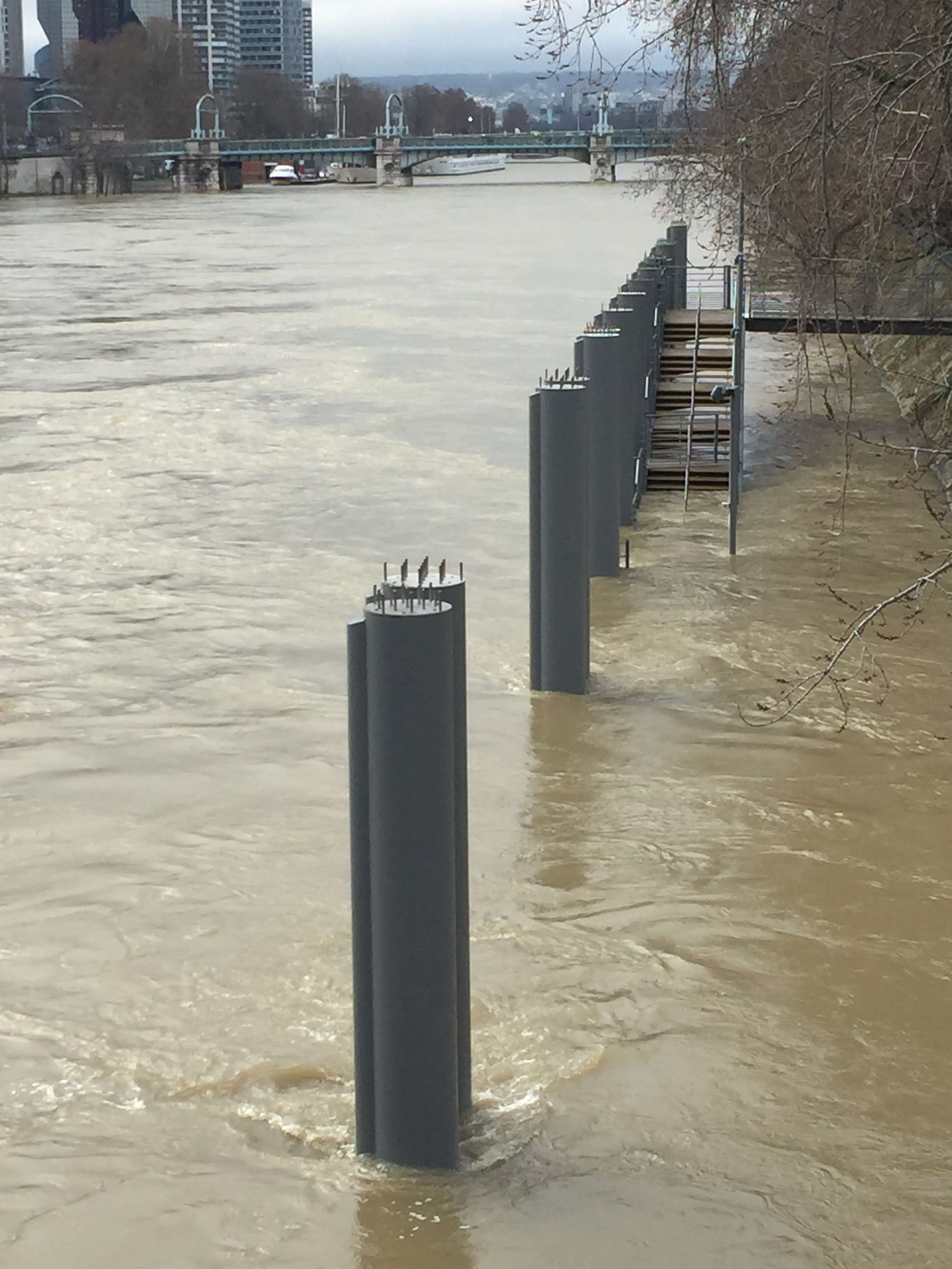 Zona de promenada este inundata de Sena