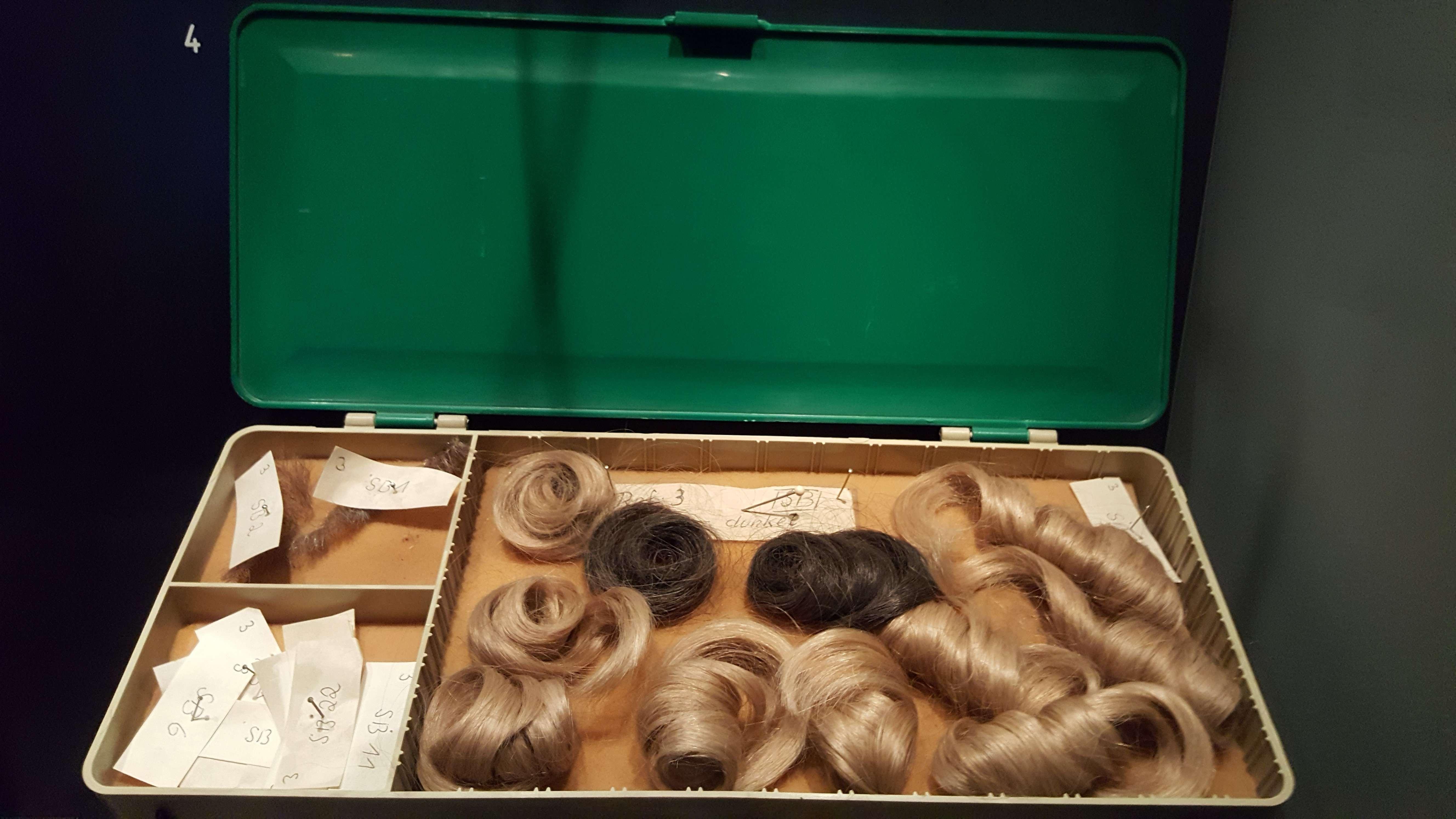 Perucà, mustàti false si machiaj folosite de Stasi