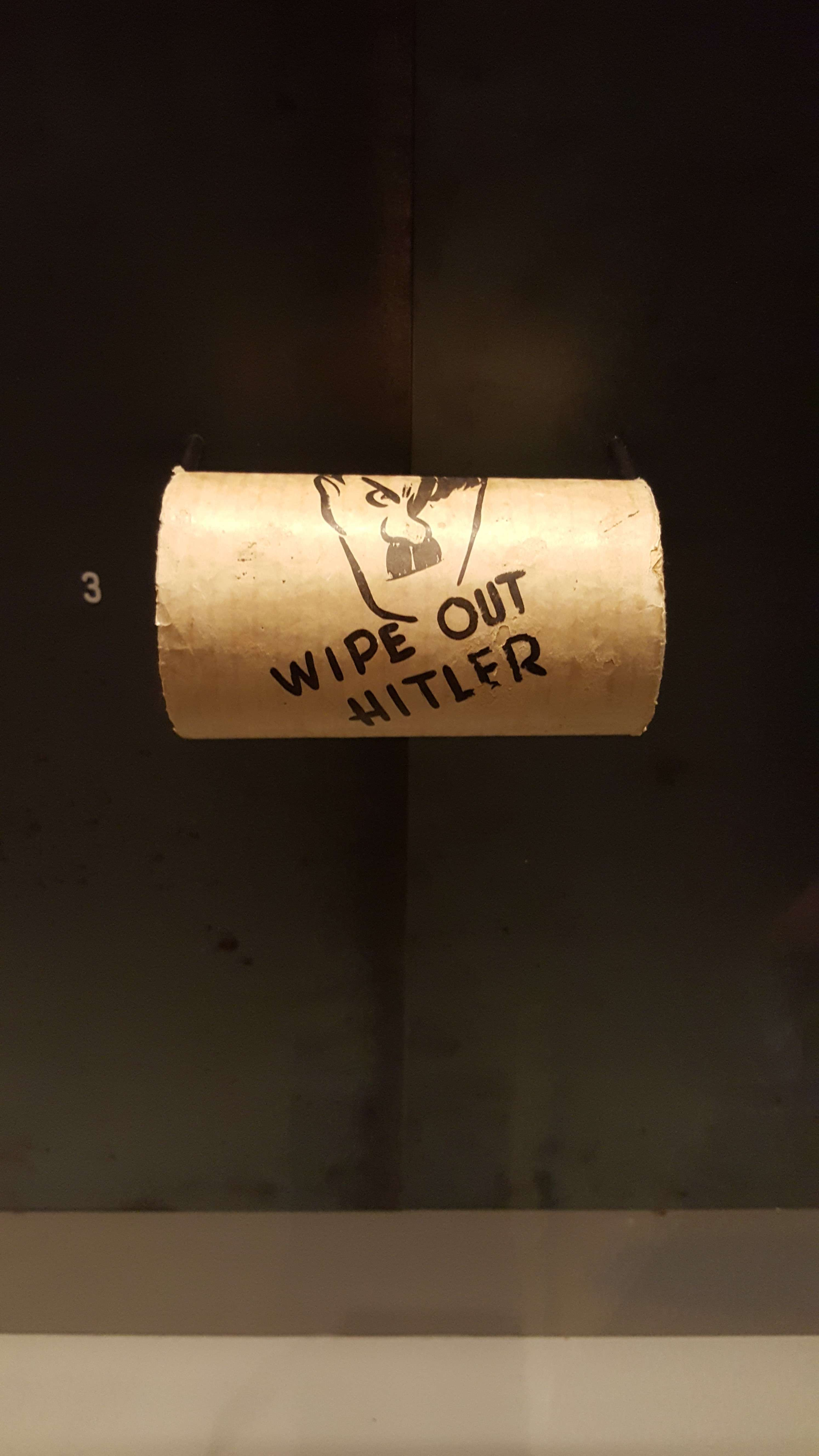 Hârtie igienicà reprezentându-l pe Hitler fabricatà de Aliati