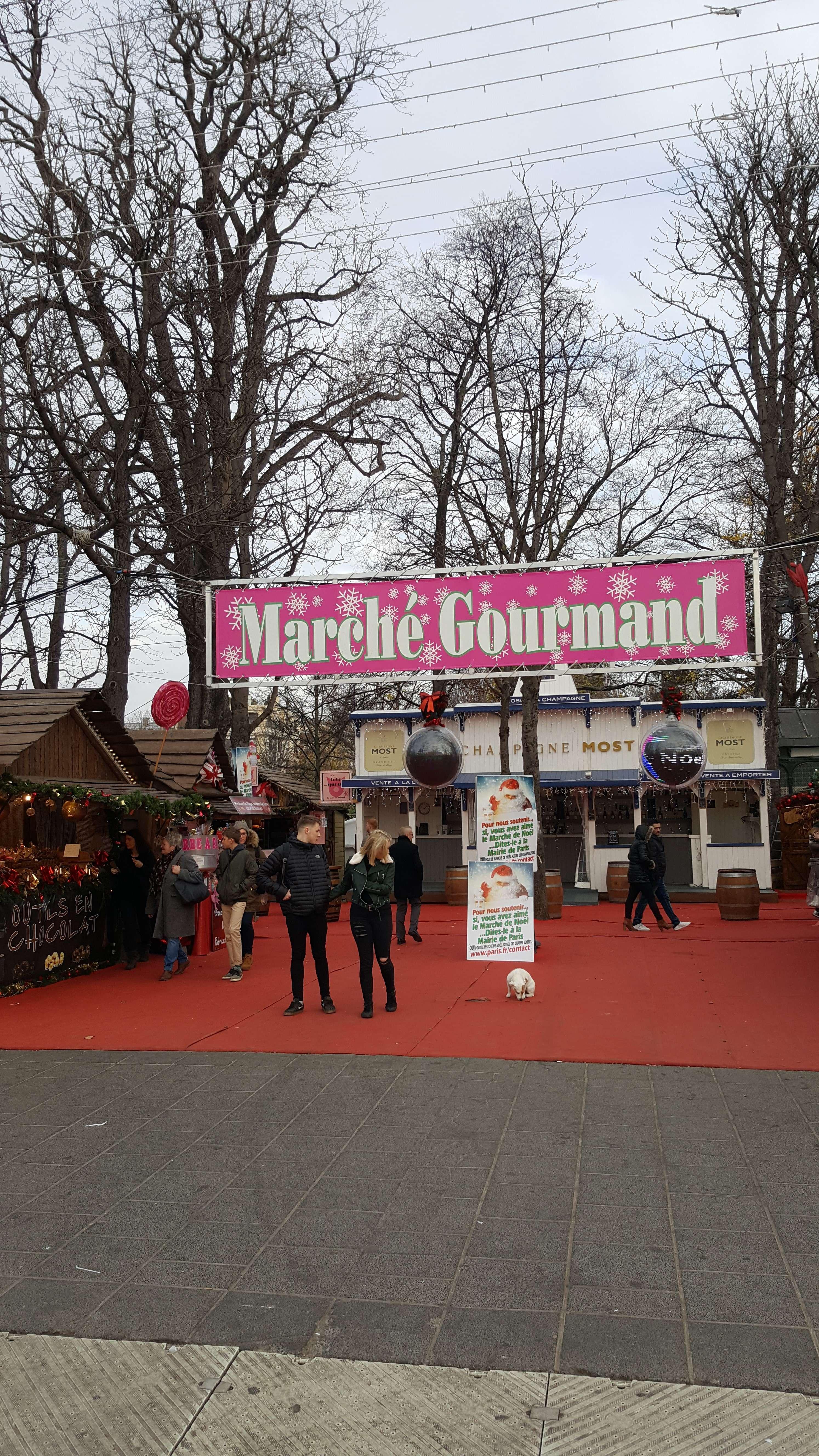 Zone special amenajate pentru gurmanzi la Târgul de Cràciun de pe Champs-Elysées