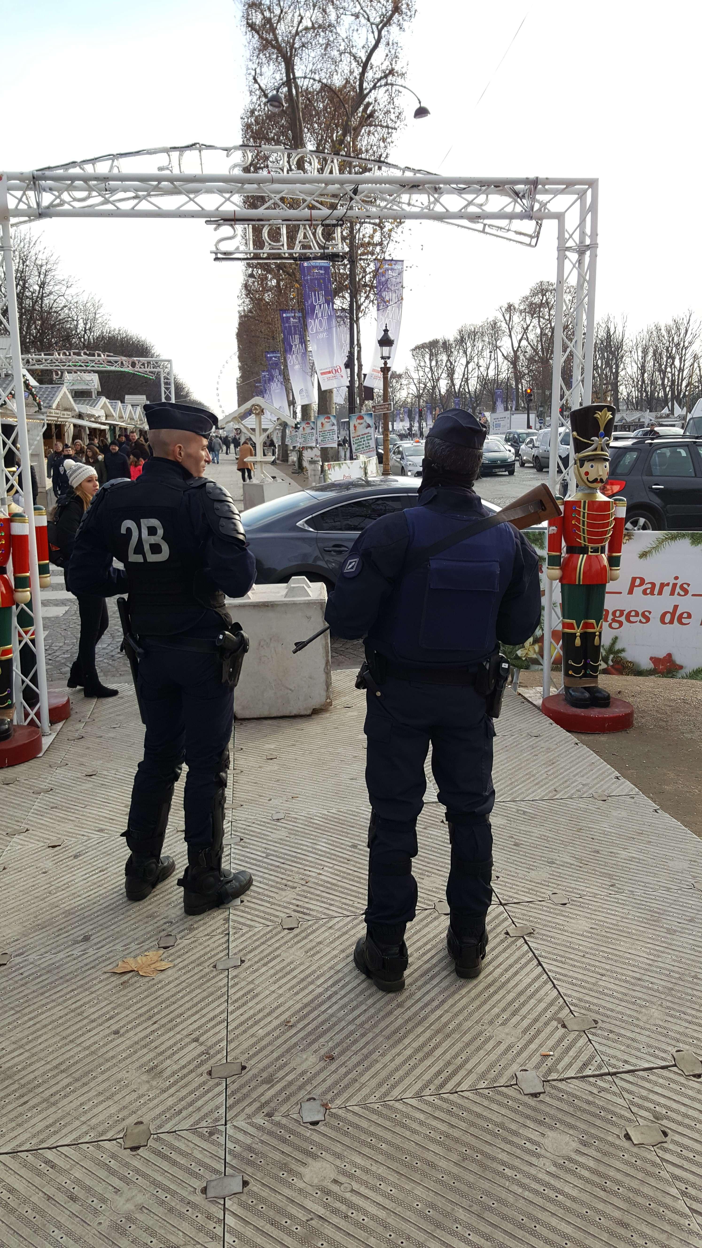 Politia, bine înarmatà, este peste tot la Târgul de Cràciun de pe Champs-Elysées
