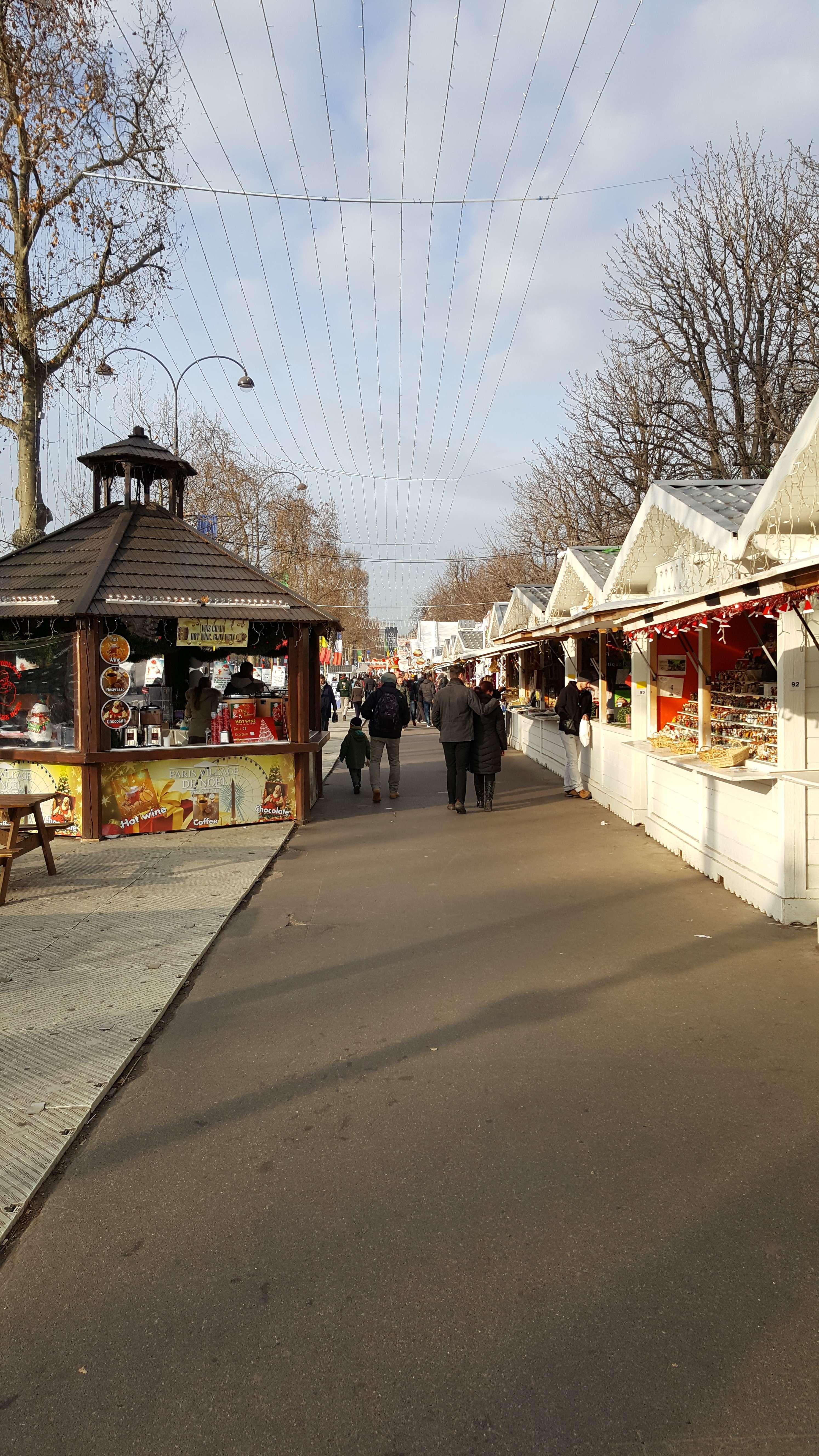 Dimineata, destul de putinà lume pe Champs-Elysées unde târgul de Cràciun de abia îsi deschide portile