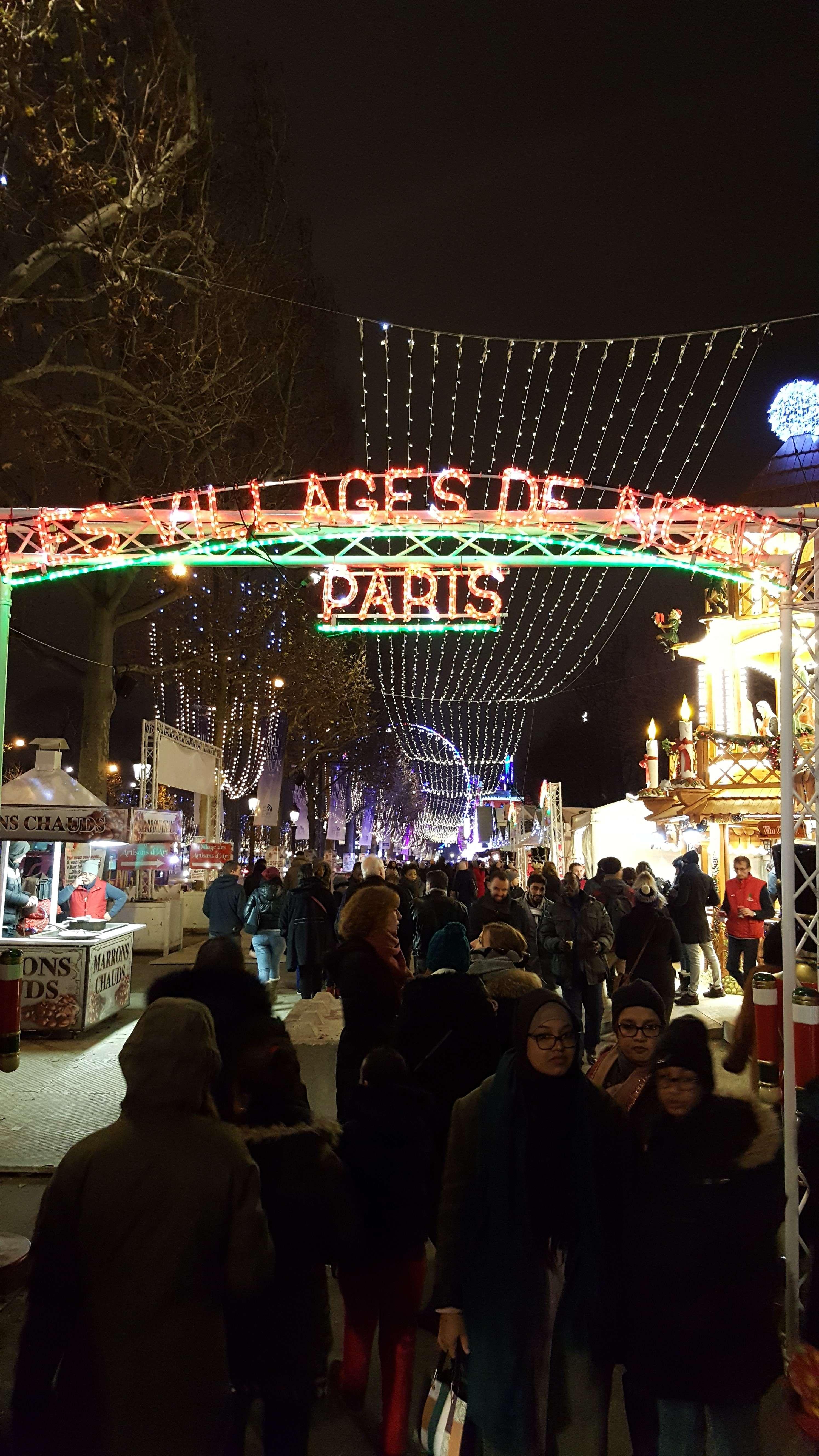 Seara, dupà serviciu, multi pàrinti vin cu copii la Târgul de Cràciun de pe Champs-Elysées