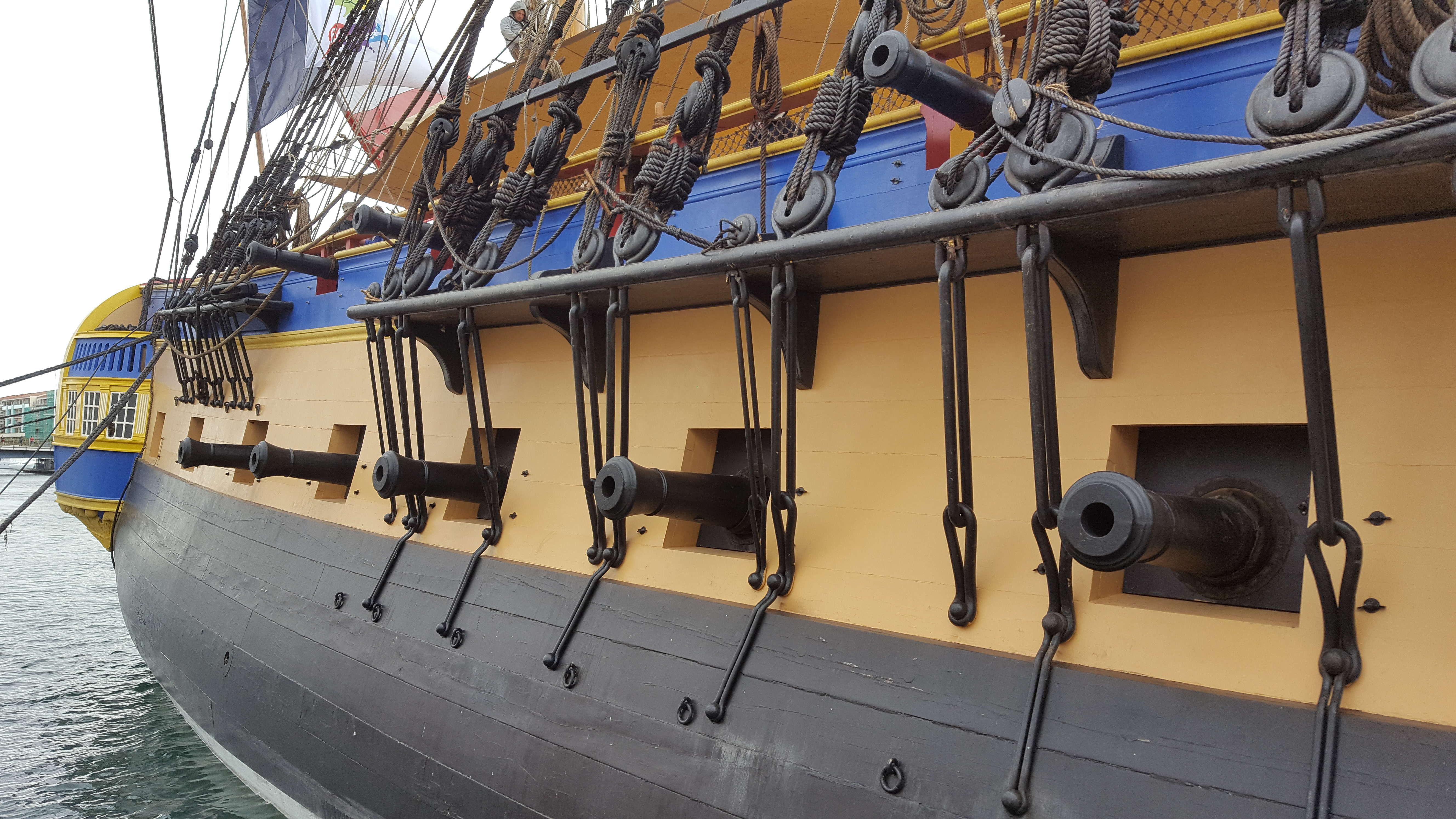 Zeci de tunuri sunt si azi la bordul vasului. Greutatea lor variaza de la 1 la 2 tone!