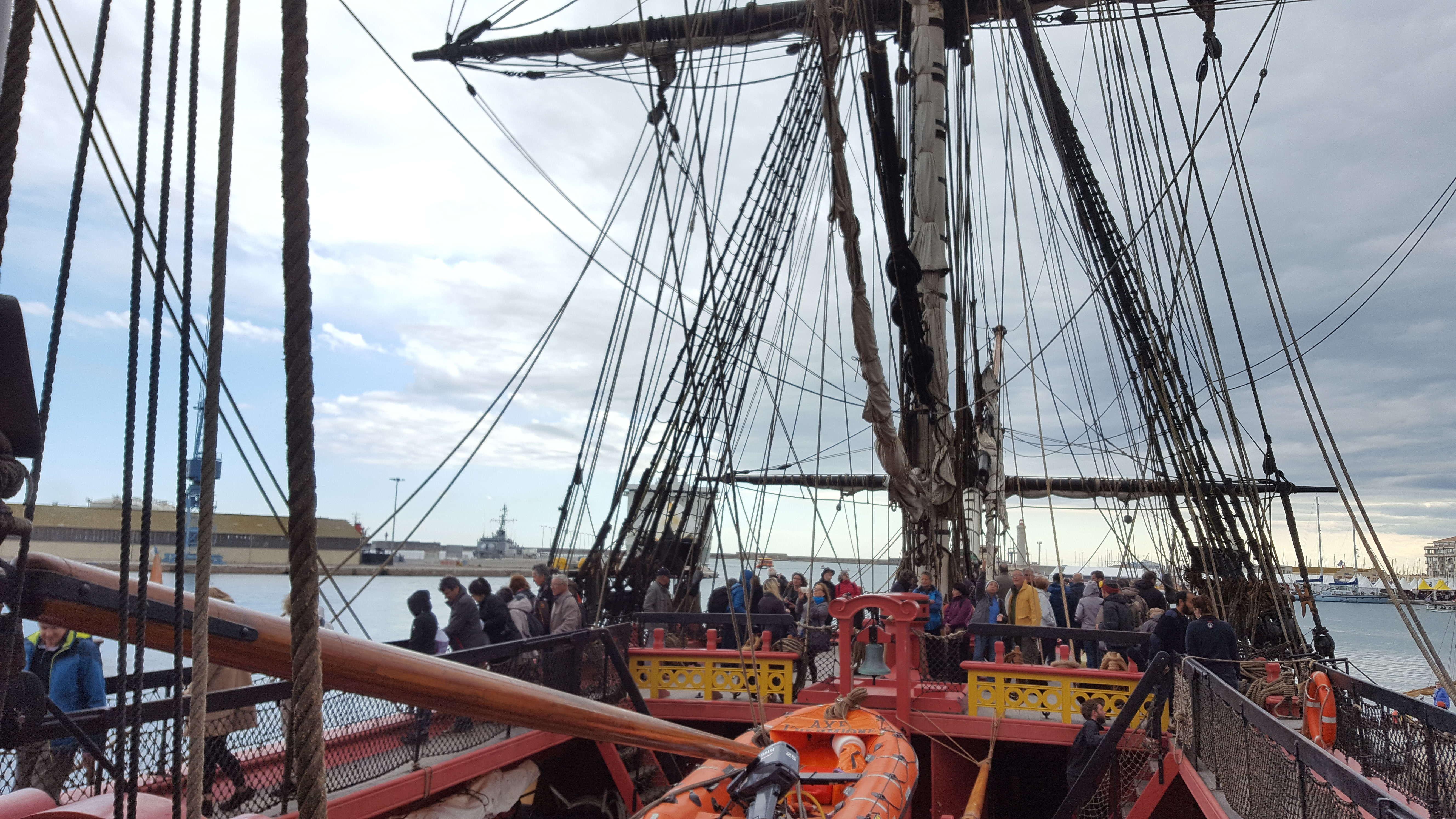 Mii de oameni se urca zilnic la bordul vasului cât timp sta acostat în port