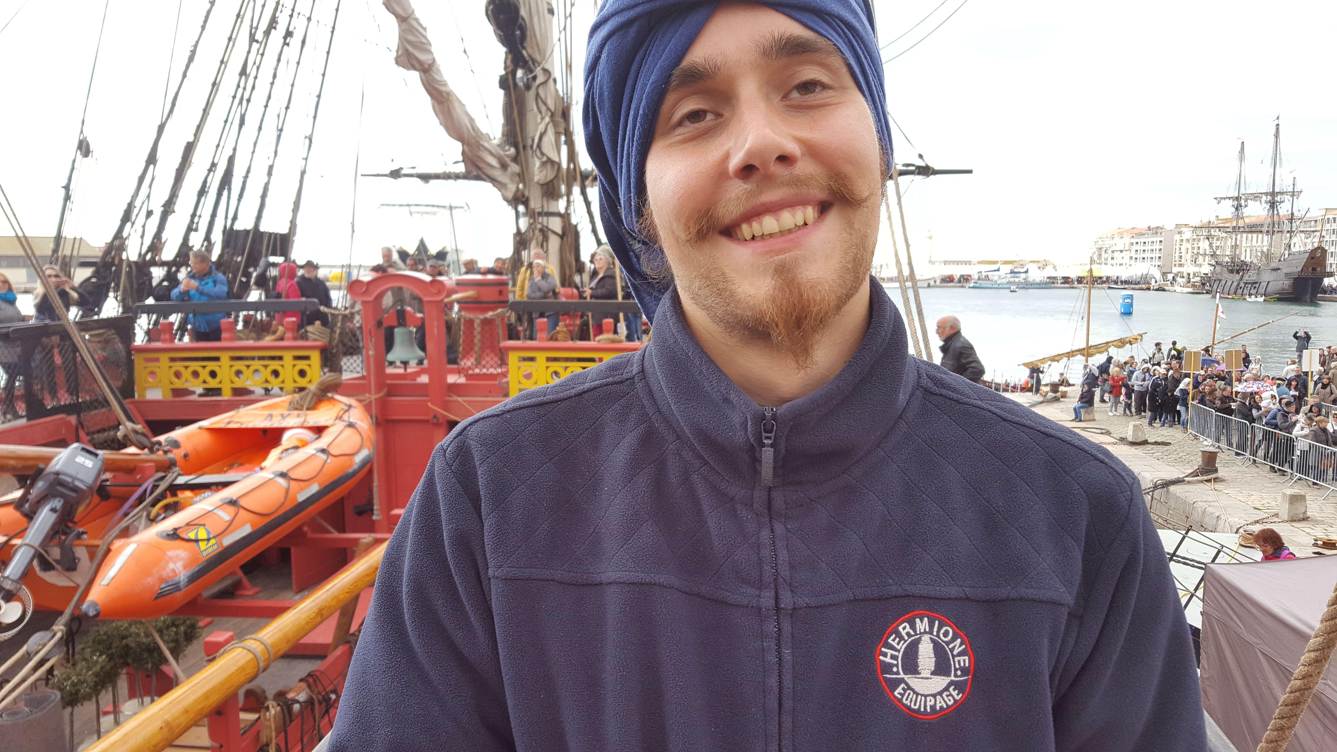 Zeci de tineri francofoni din 34 de tari din OIF navigheaza si ajuta la manevrele de pe L'Hermione