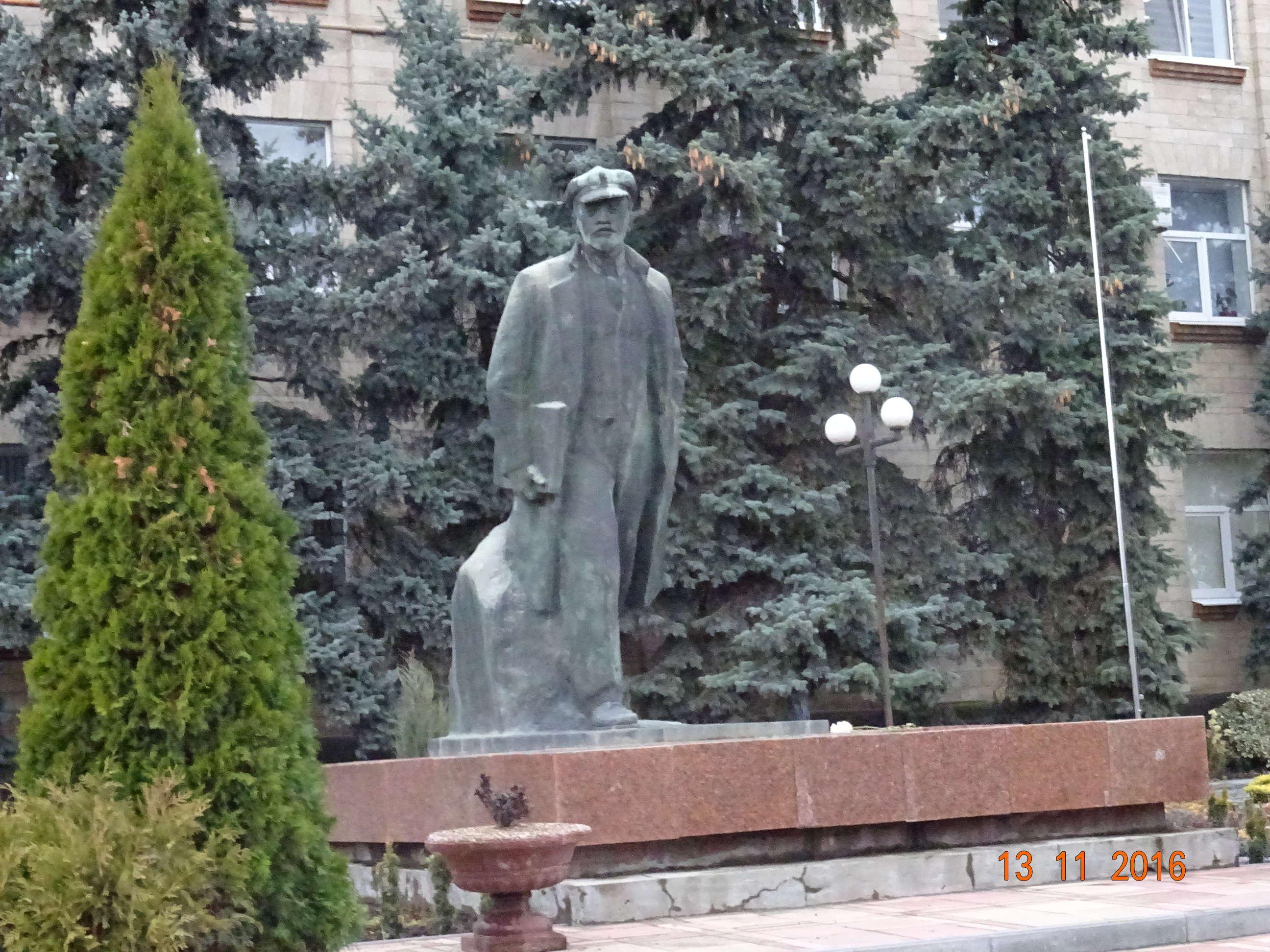 La mai puțin de 100 de metri de secția de votare din centrul capitalei Comrat se află statuia lui Lenin