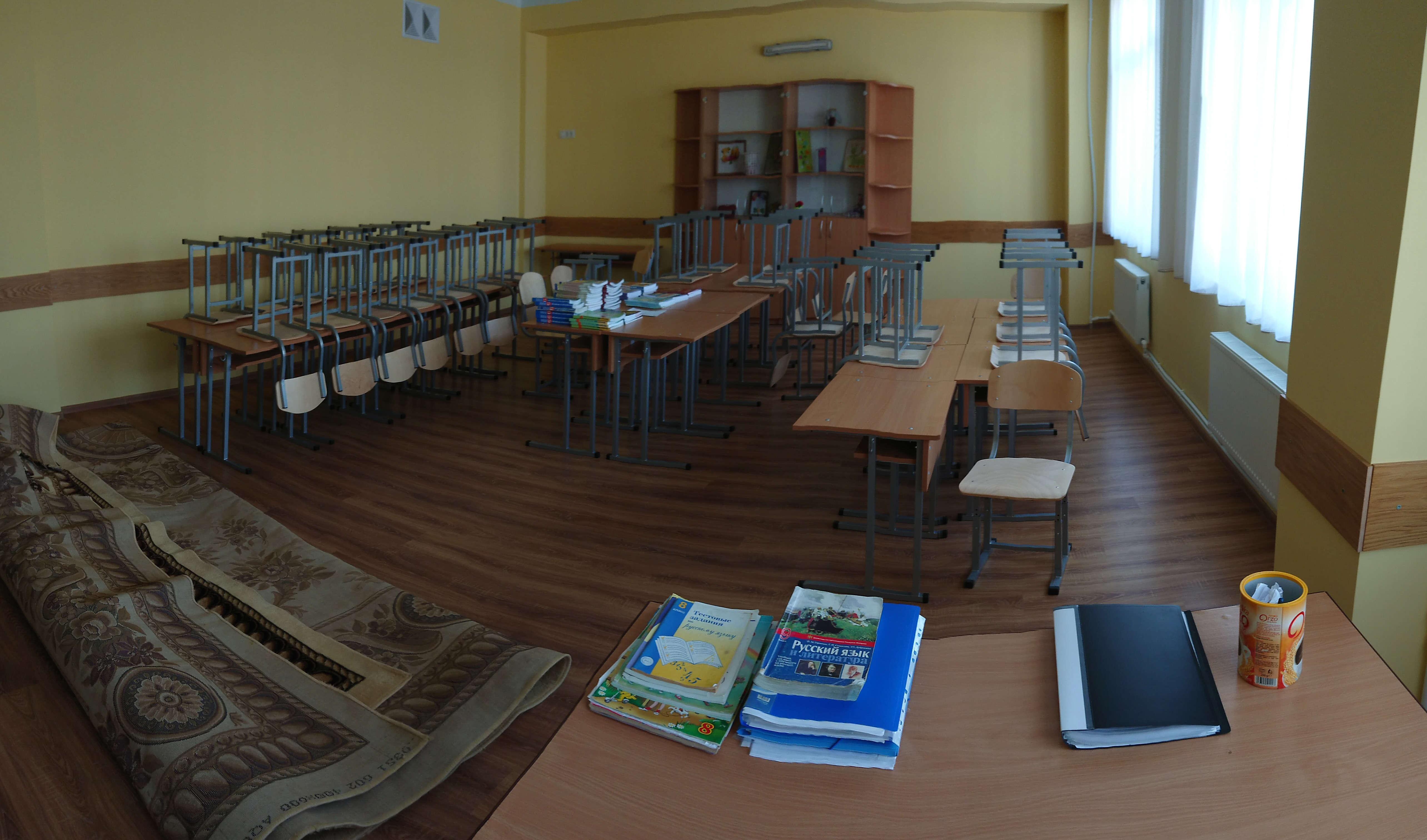 Sala de clasa in curs de amenajare inaintea inceperii noului trimestru scolar