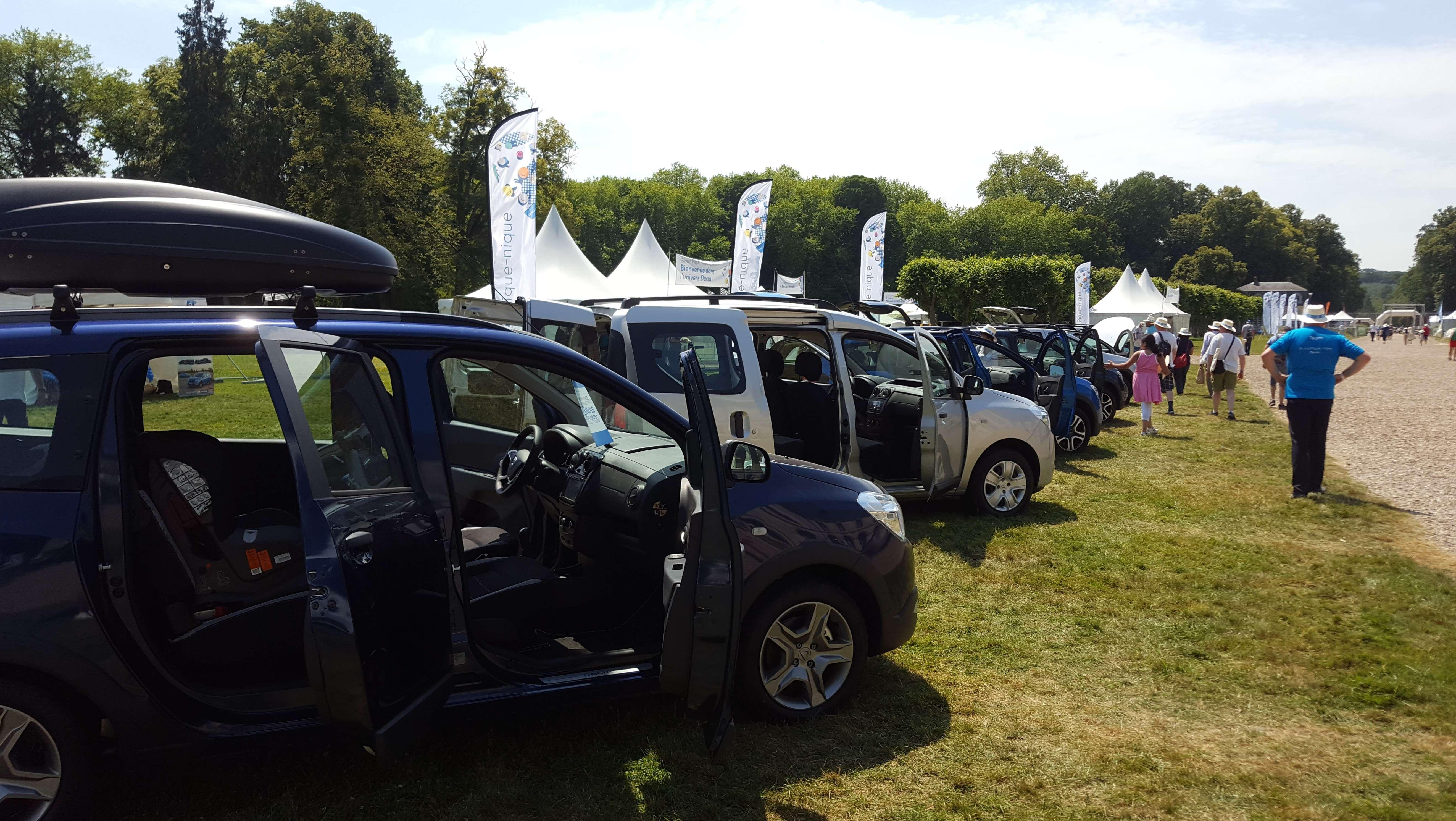 Fanii se pot doar urca în cele câteva exponate Dacia aduse la picnic