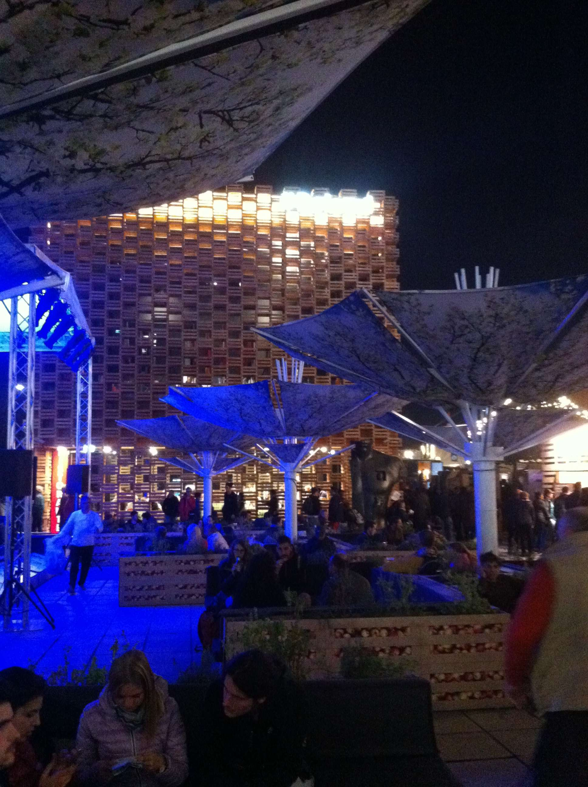 Pavilionul Poloniei construit dintr-un soi de làdite de legume si fructe