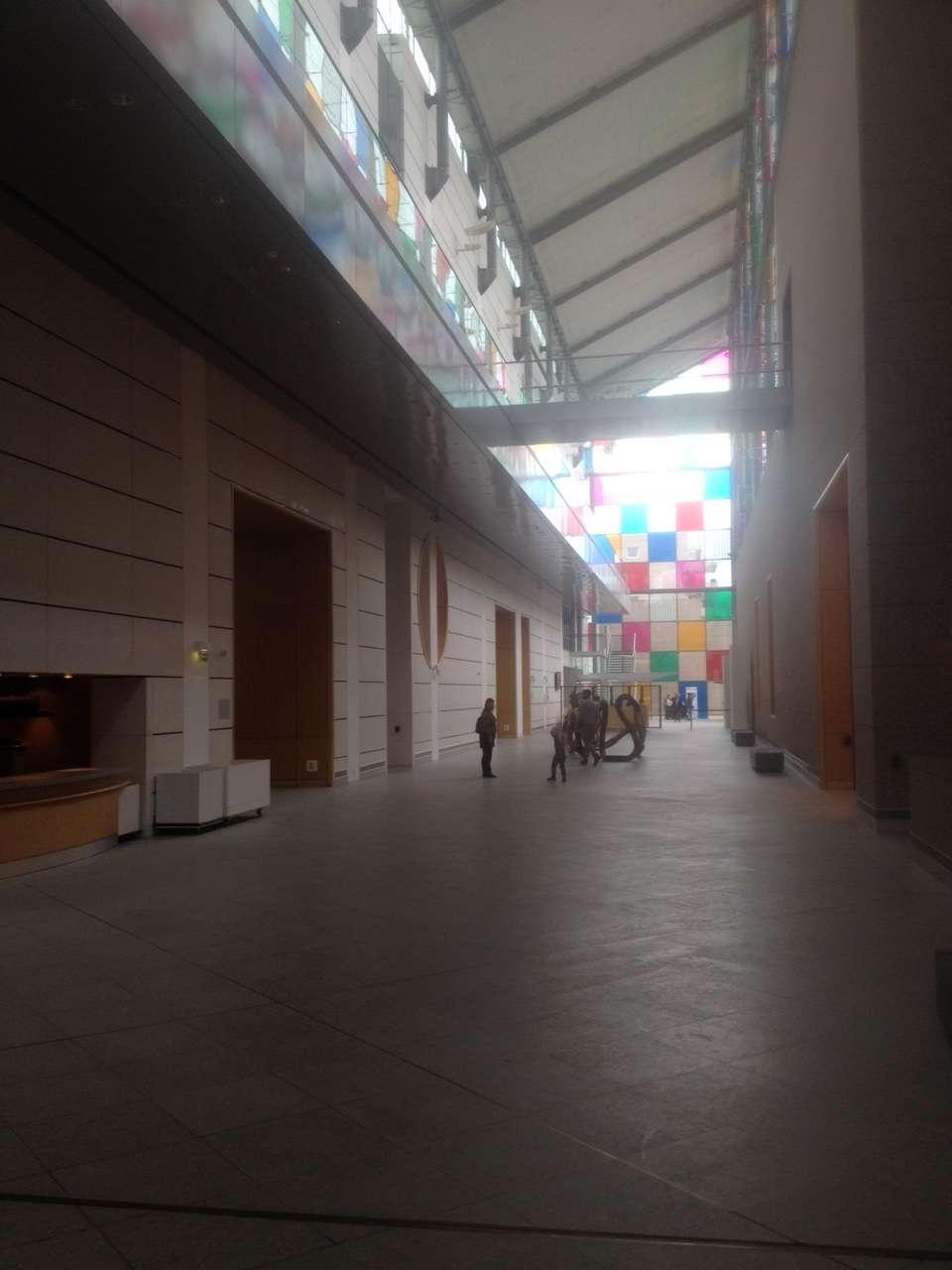 Parterul MAMCS unde se aflà intrarea si sàlile dedicatei artei moderne si expozitiilor temporare