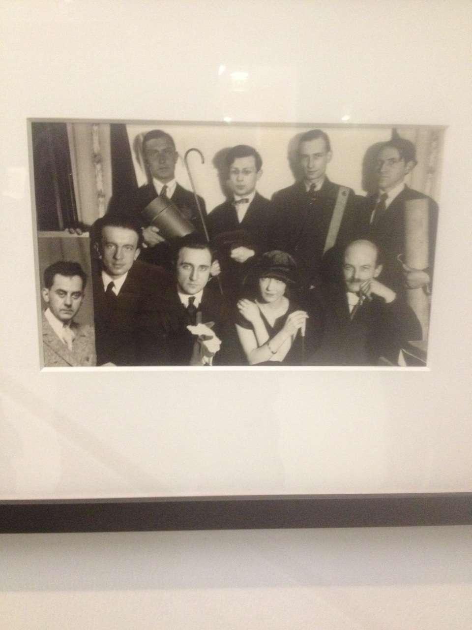 Grupul Dada imortalizat de fotograful Man Ray, 1922 - Trista, Tzara e în picioare, al doilea din stânga