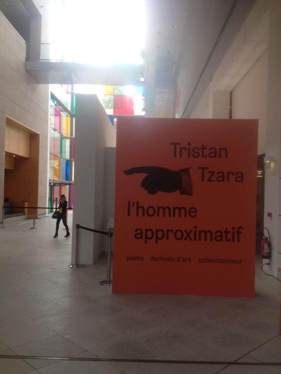 Intrarea în sàlile expozitiei consacrate lui Tristan Tzara la MAMCS