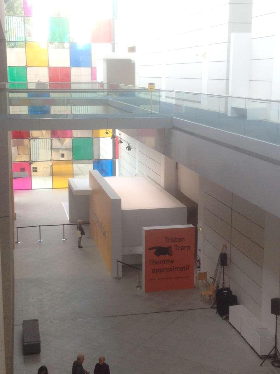 Intrarea în sàlile expozitiei consacrate lui Tristan Tzara vàzutà de la etajul MAMCS