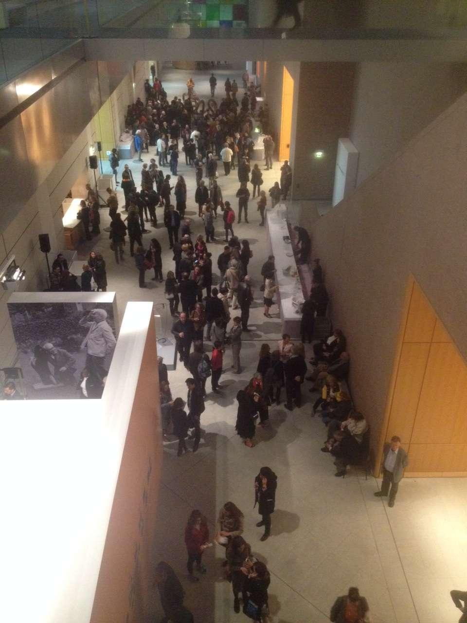 Vernisajul expozitiei consacrate lui TristanTzara vàzut de la etajul MAMCS