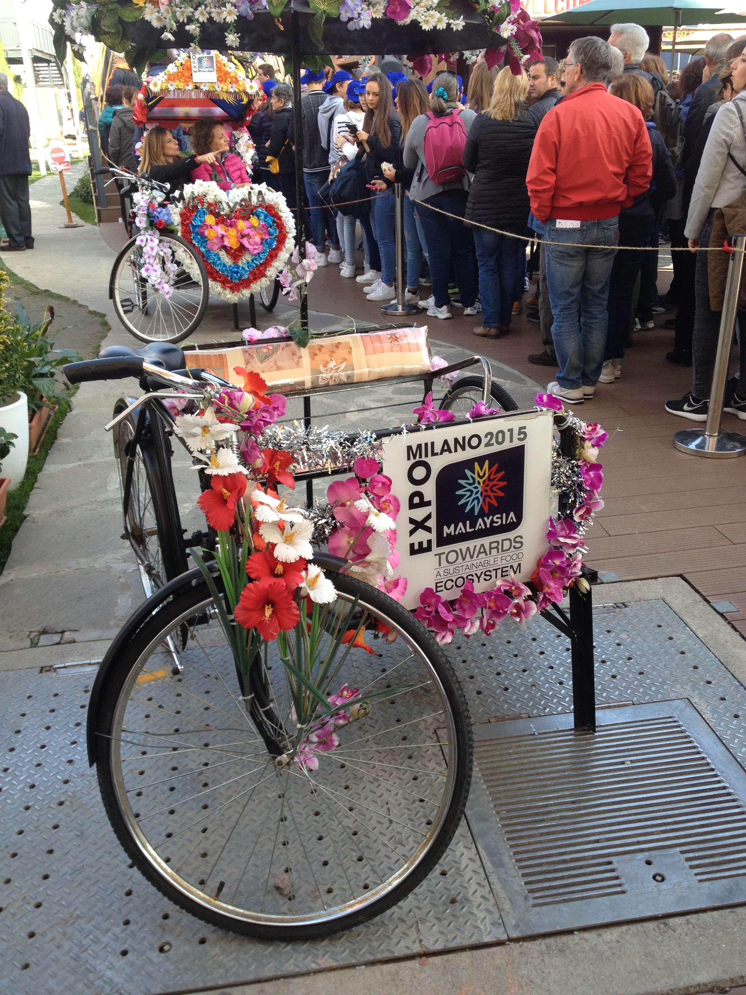 Biciclete înflorate la pavilionul Malaeziei