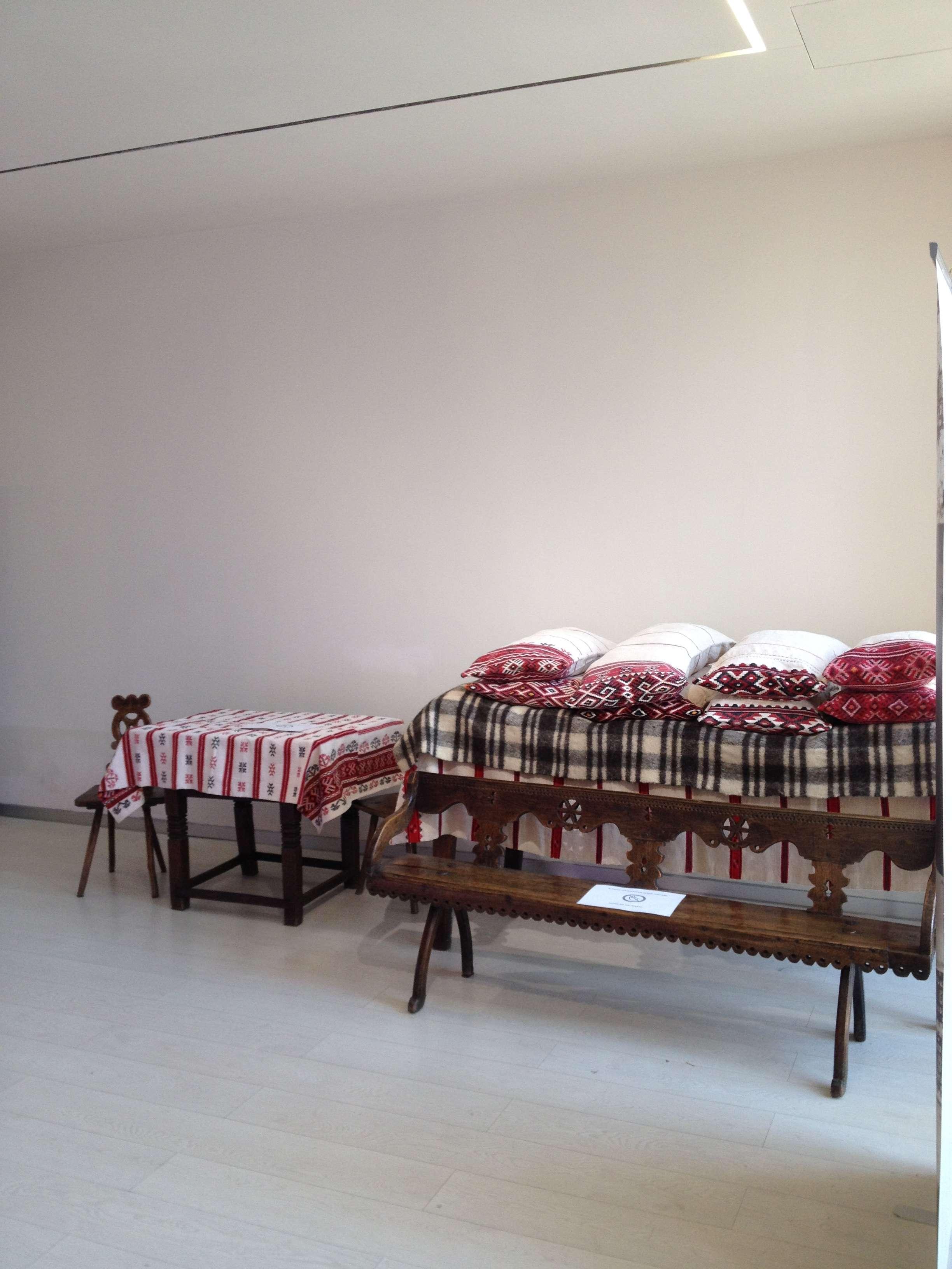Interiorul pavilionului României (produse din tara Crisurilor)