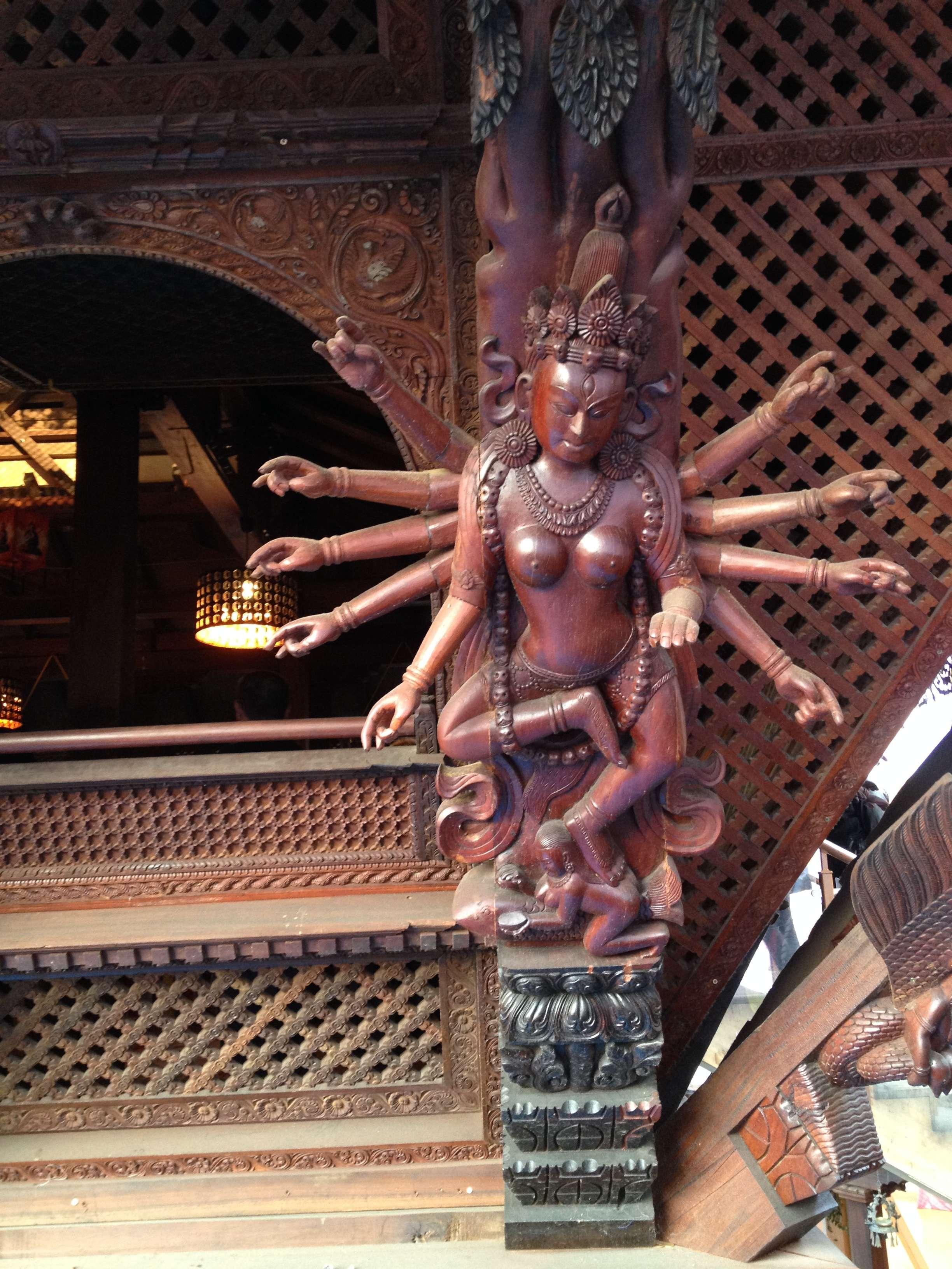Statuie sculptatà pe frontonul templului nepalez