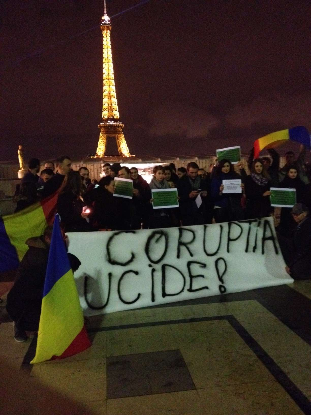 """""""Coruptia ucide"""" a fost un slogan des auzit printre manifestantii români reuniti pe Esplanada de la Trocadéro din Paris"""