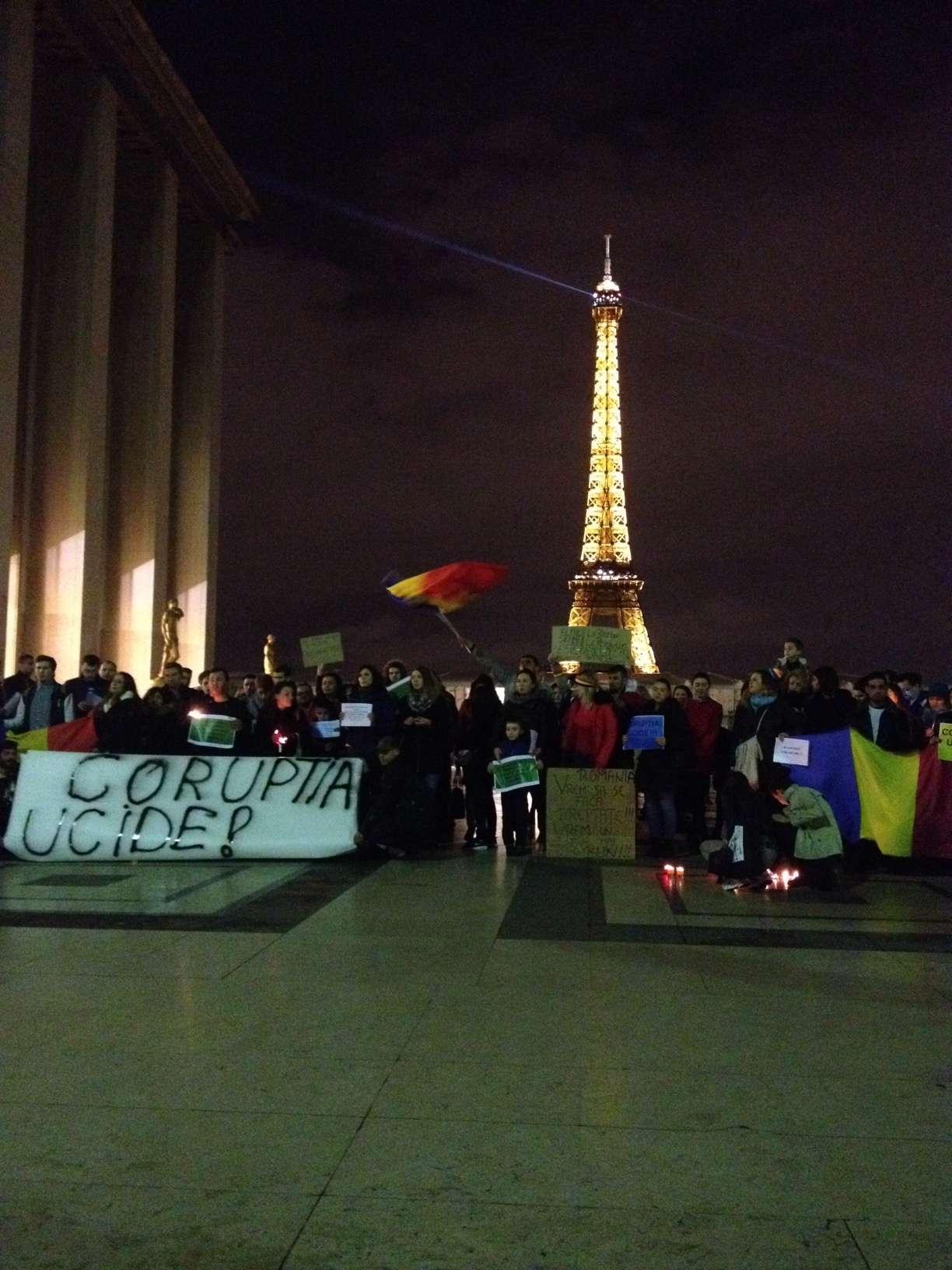Turnul Eiffel în fundalul manitestatiei românilor din Paris