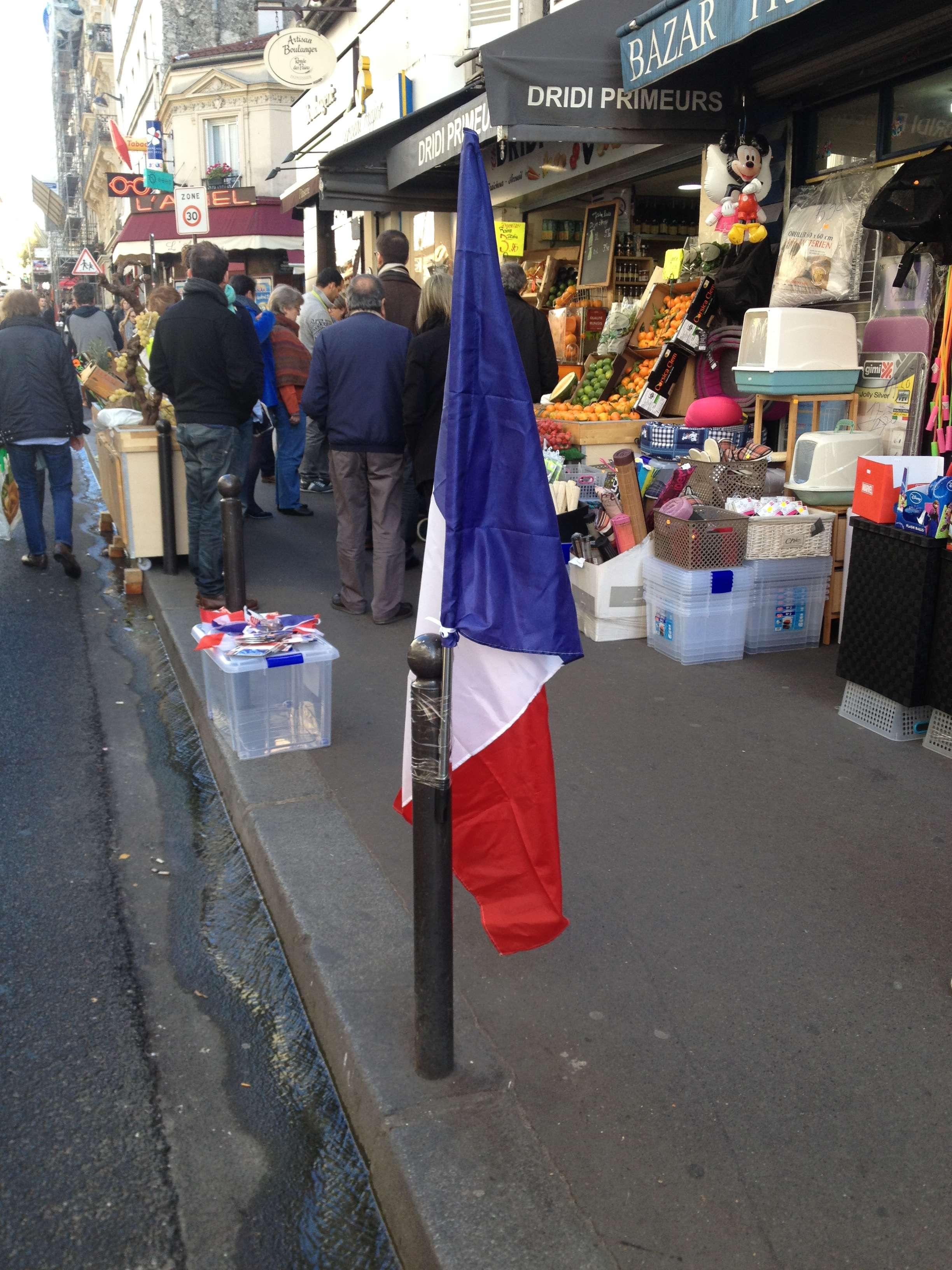 Dupà model american, francezii scot drapelul în stradà când le e mai greu