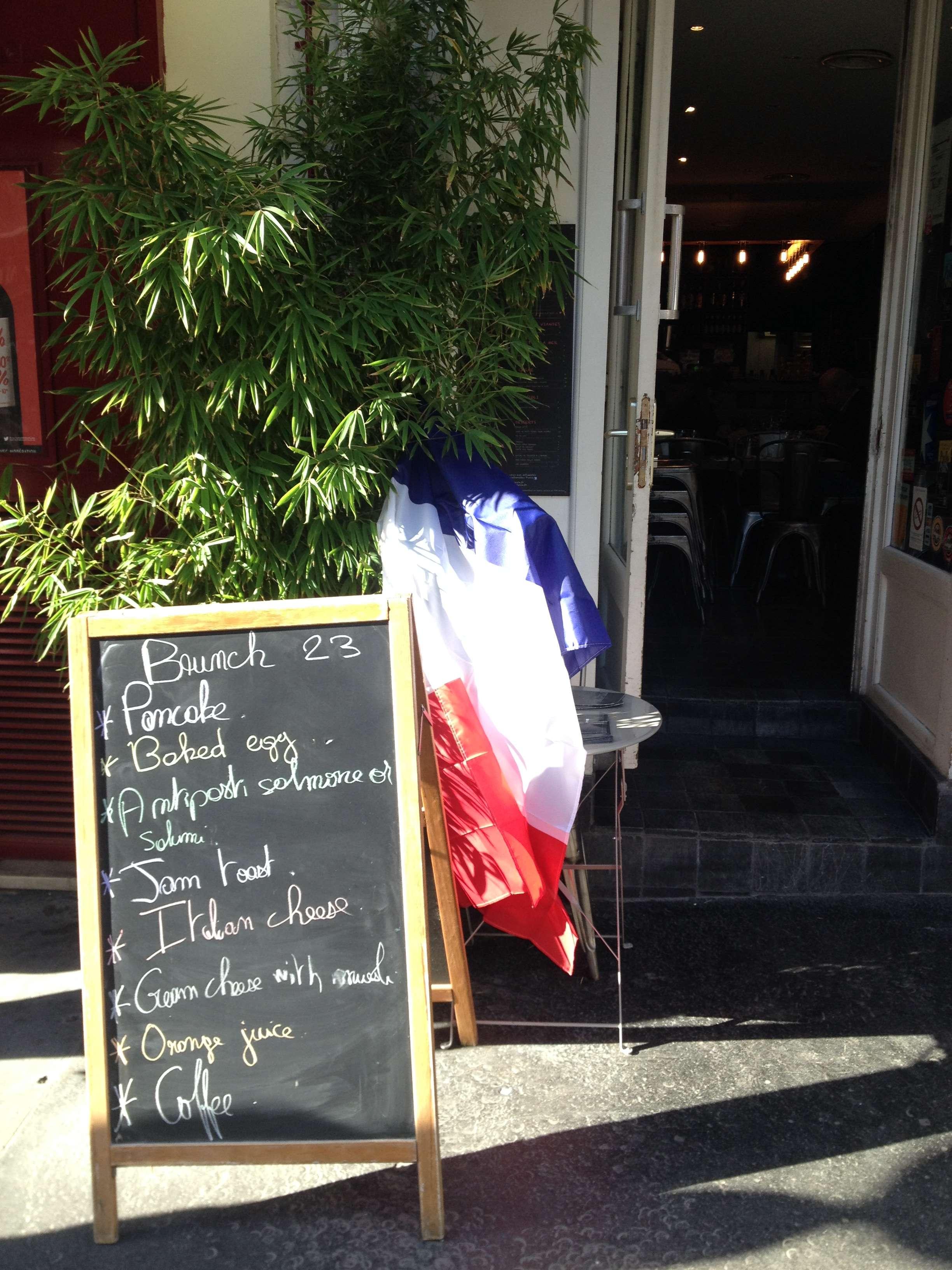 Steagul e arborat chiar si la intrarea în cârciuma italieneascà