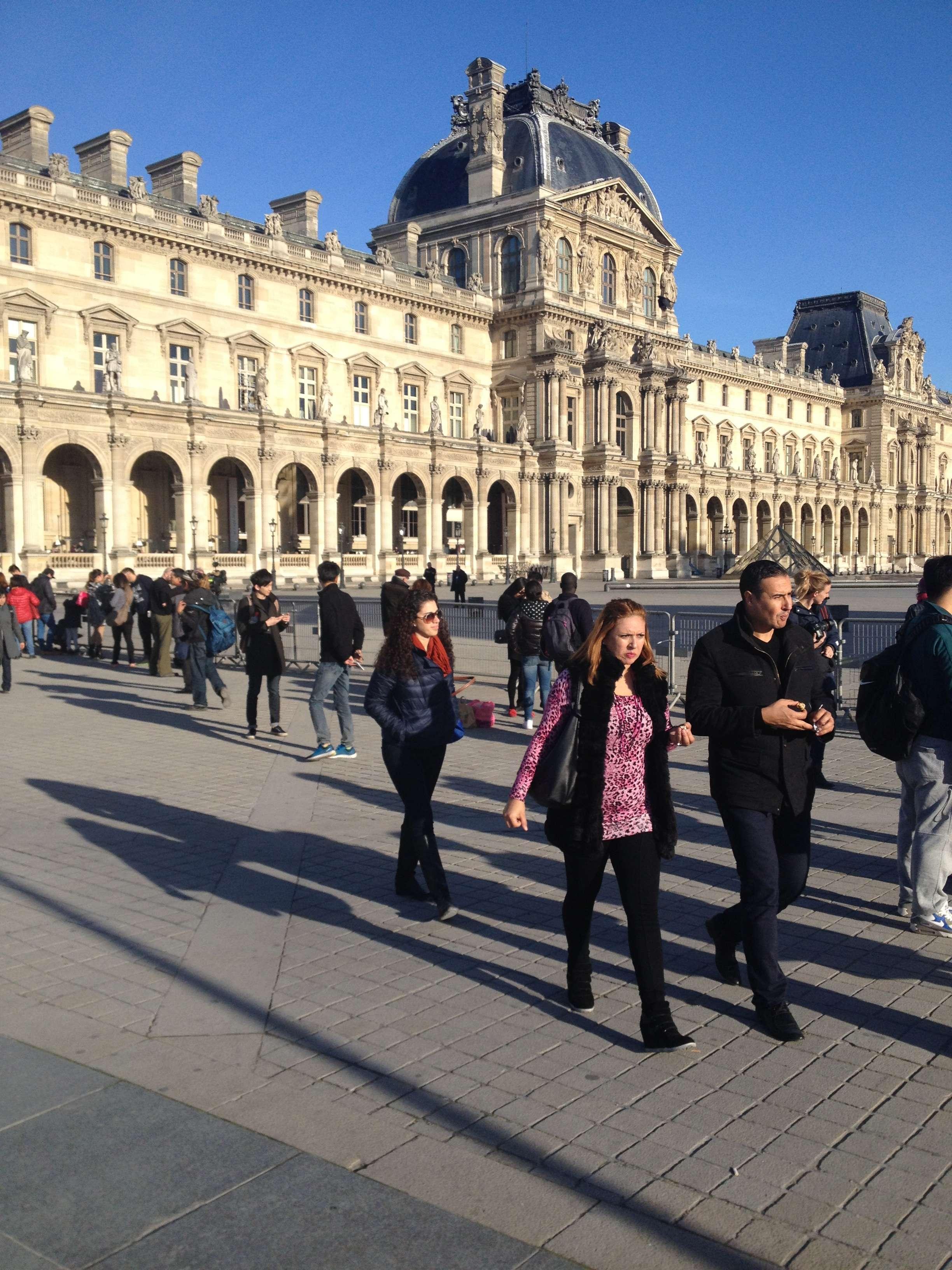 Turisti descumpàniti în fata Luvrului