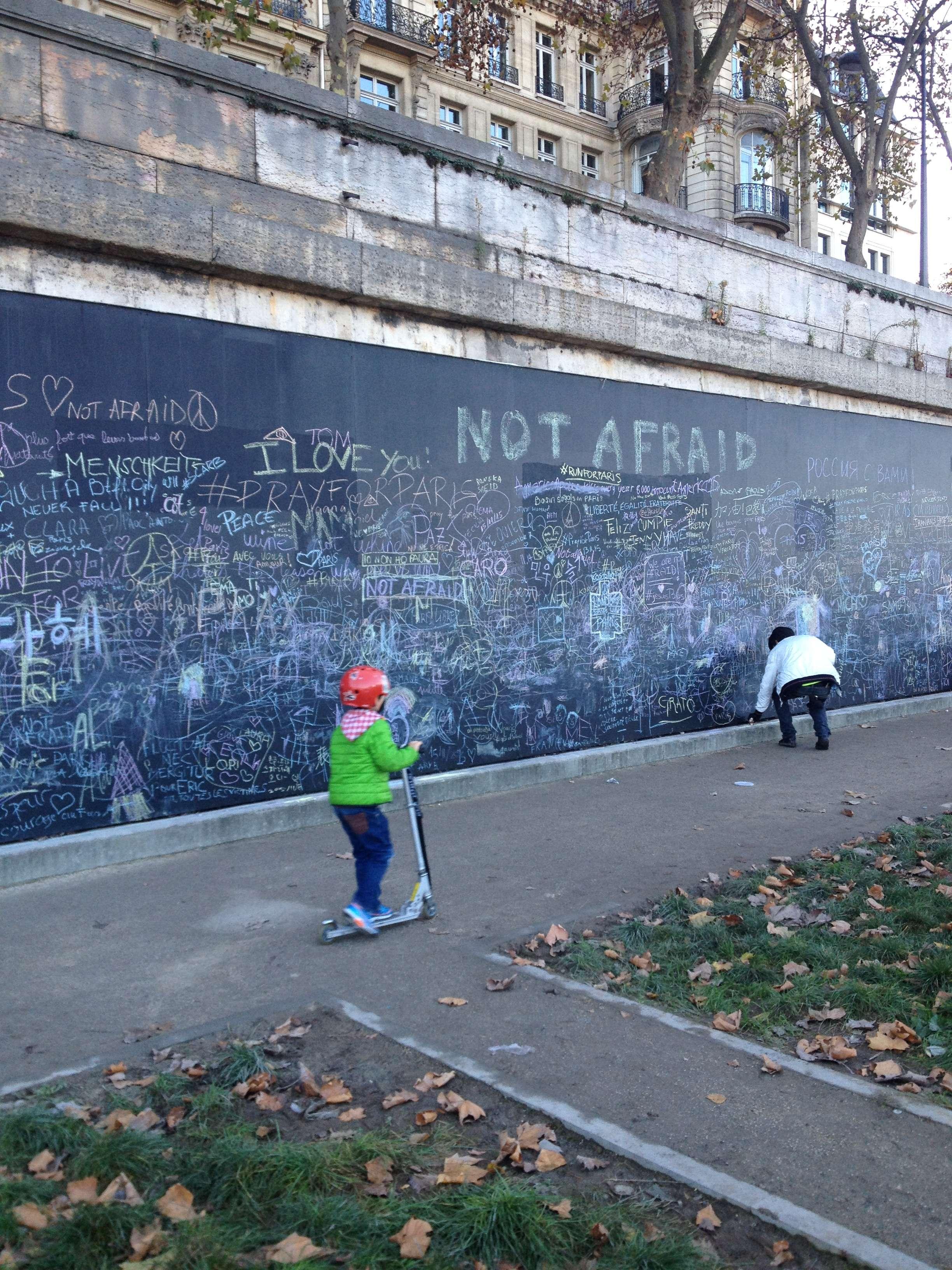 """Pe malurile Senei, primii care scriu """"No afraid"""" sunt copii dar si pàrintii lor"""