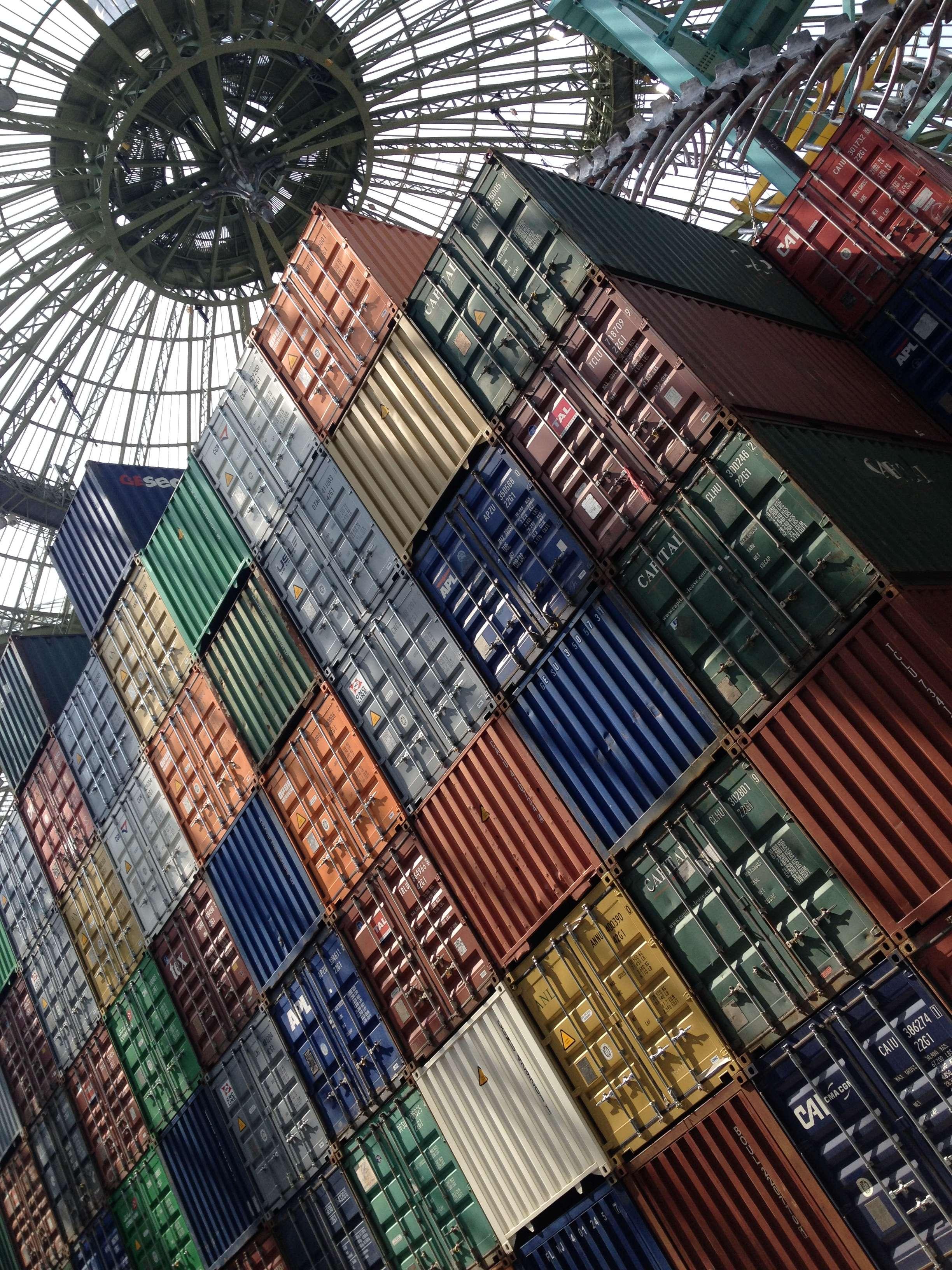 "305 containere metalice standard care compun mare parte din ""Empires"" formeazà un frumos mozaic colorat"