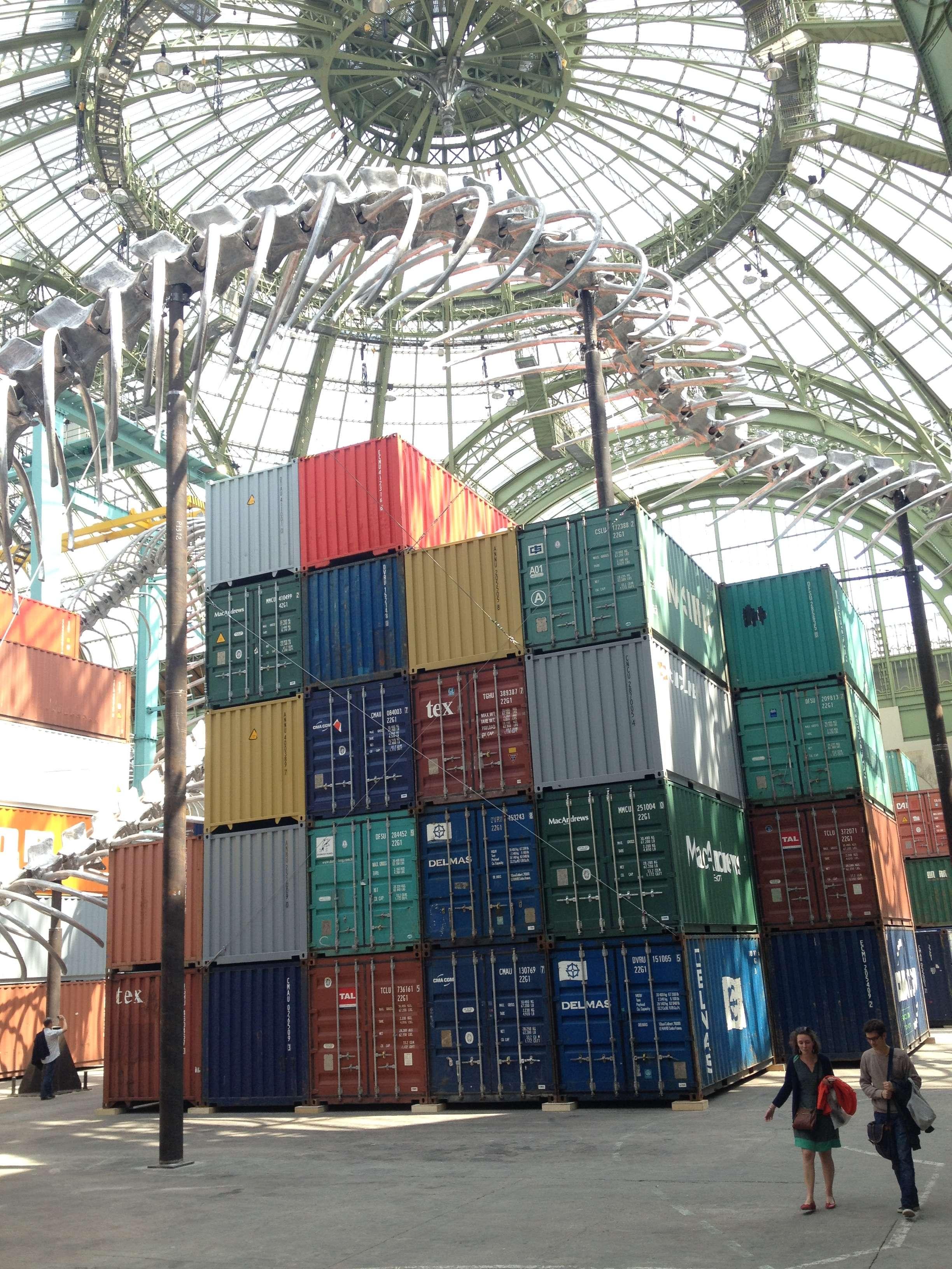 """Sute de containere compun mozaicul """"Empires"""" a lui Huang Yong Ping"""