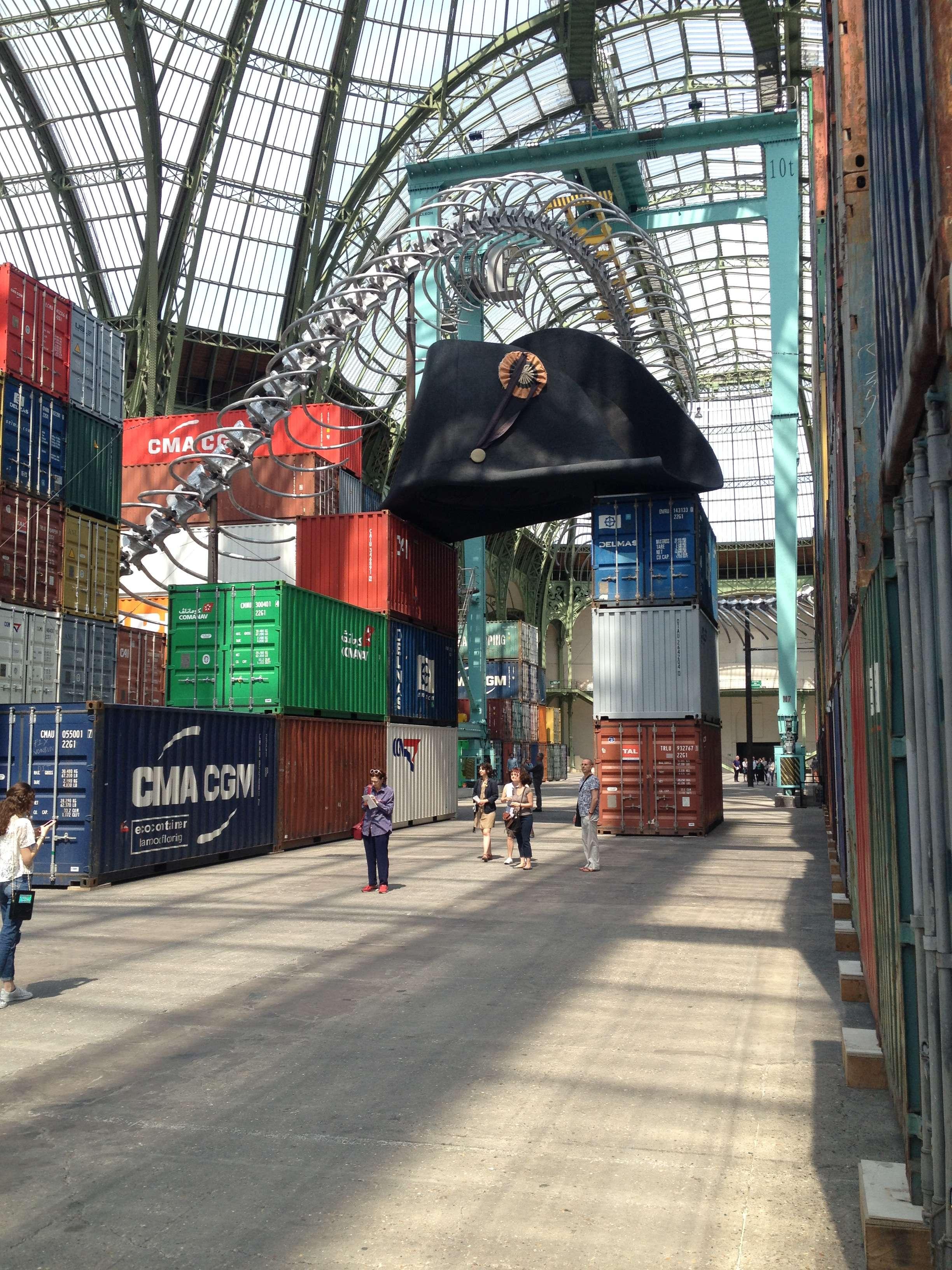 """Un """"sarpe"""" lung de 254 de metri format din 316 vertebre si 568 de coaste """"încalecà"""" containerele lui Huang Yong Ping"""