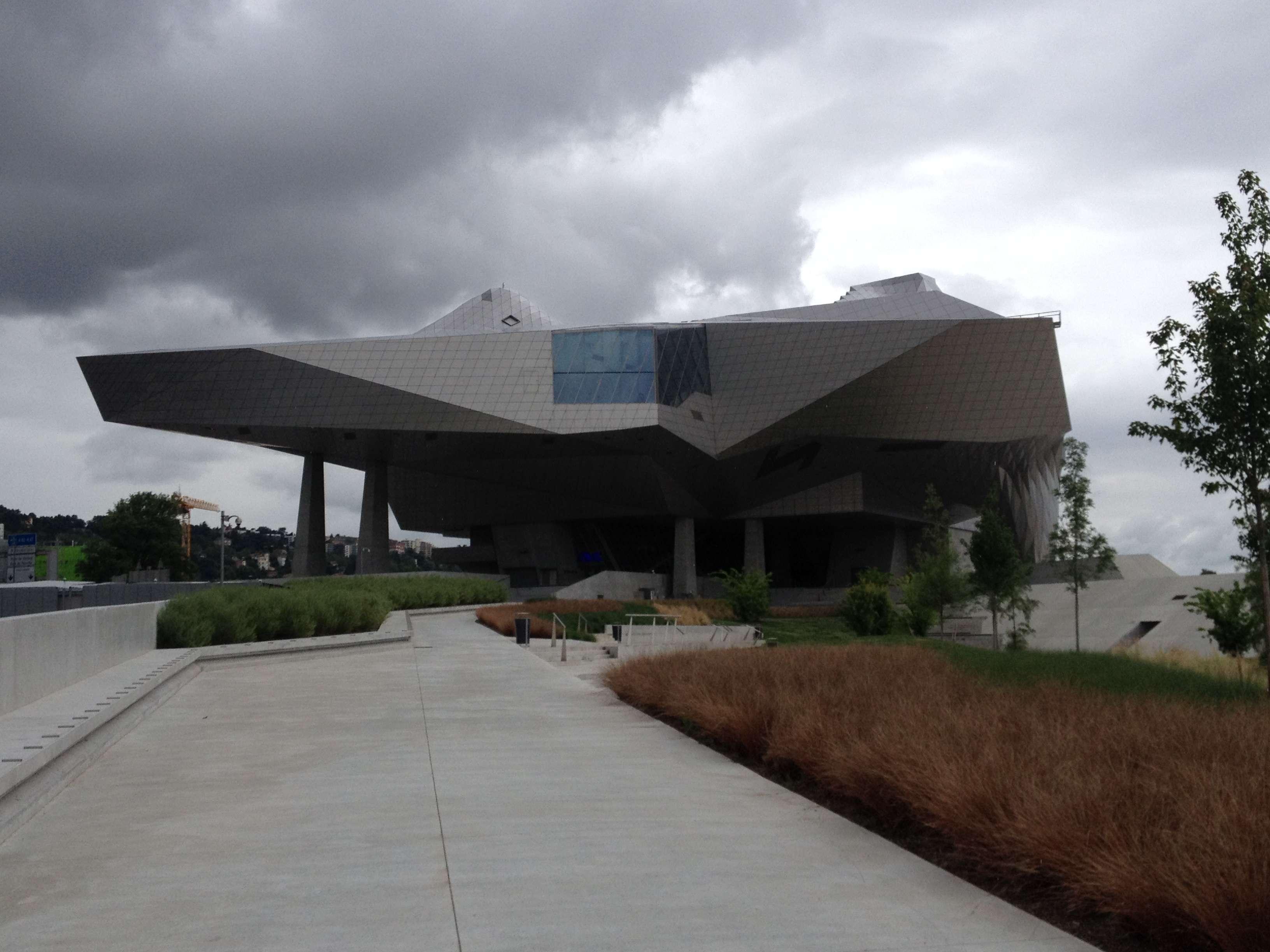Muzeul Confluentelor vàzut dinspre locul unde se întâlnesc râurile Rhône si Saône la Lyon