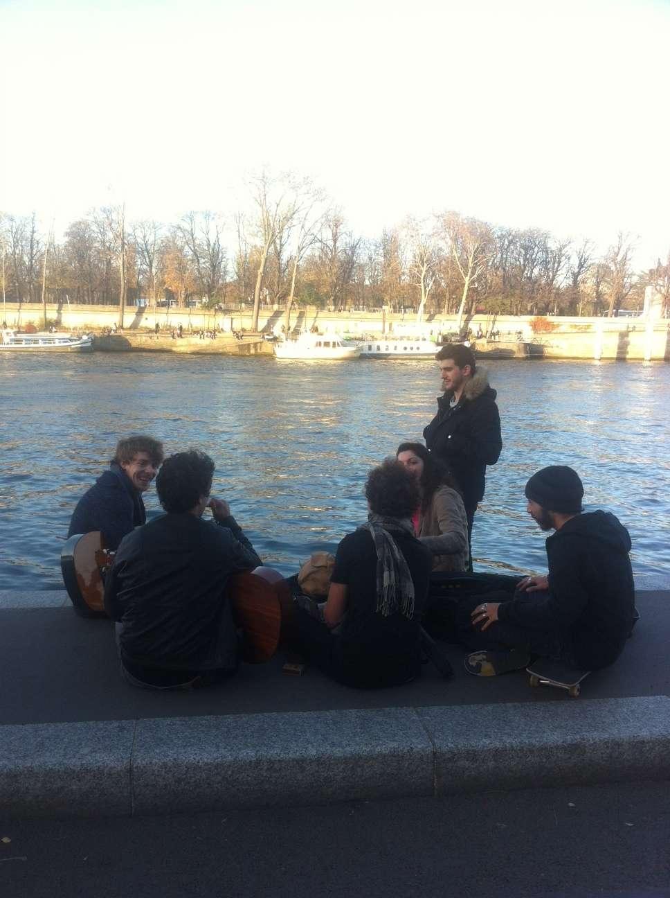 Tineri cântà la chitarà pe malurile Senei...