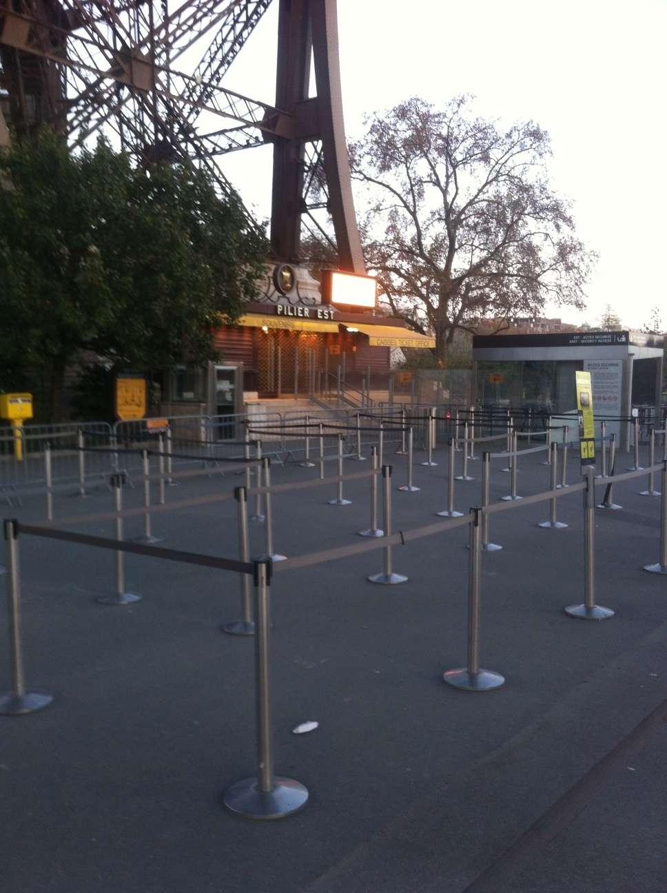 Aici de obicei stau sute de oameni la coadà ca sà urce în Turnul Eiffel