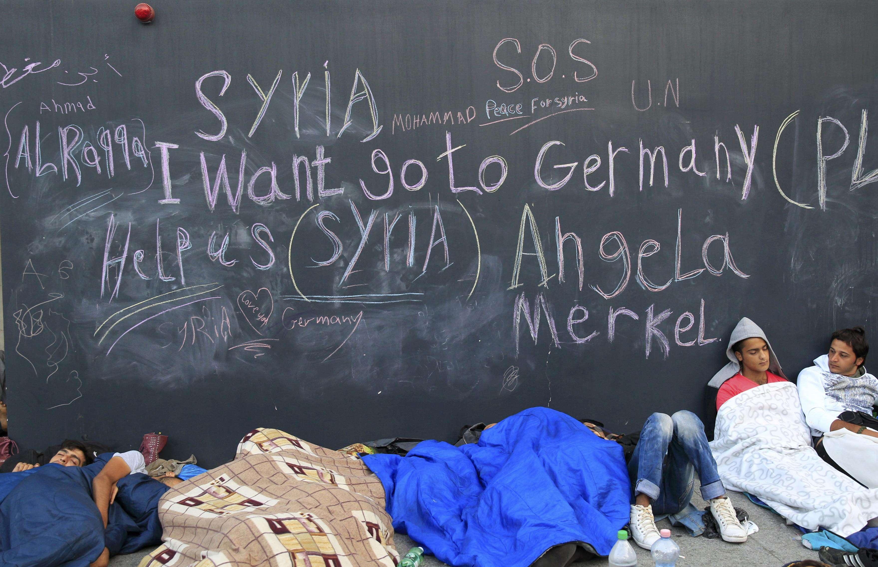 Refugiaţi dorm pe jos la Budapesta (Foto: Reuters/Bernadett Szabo)