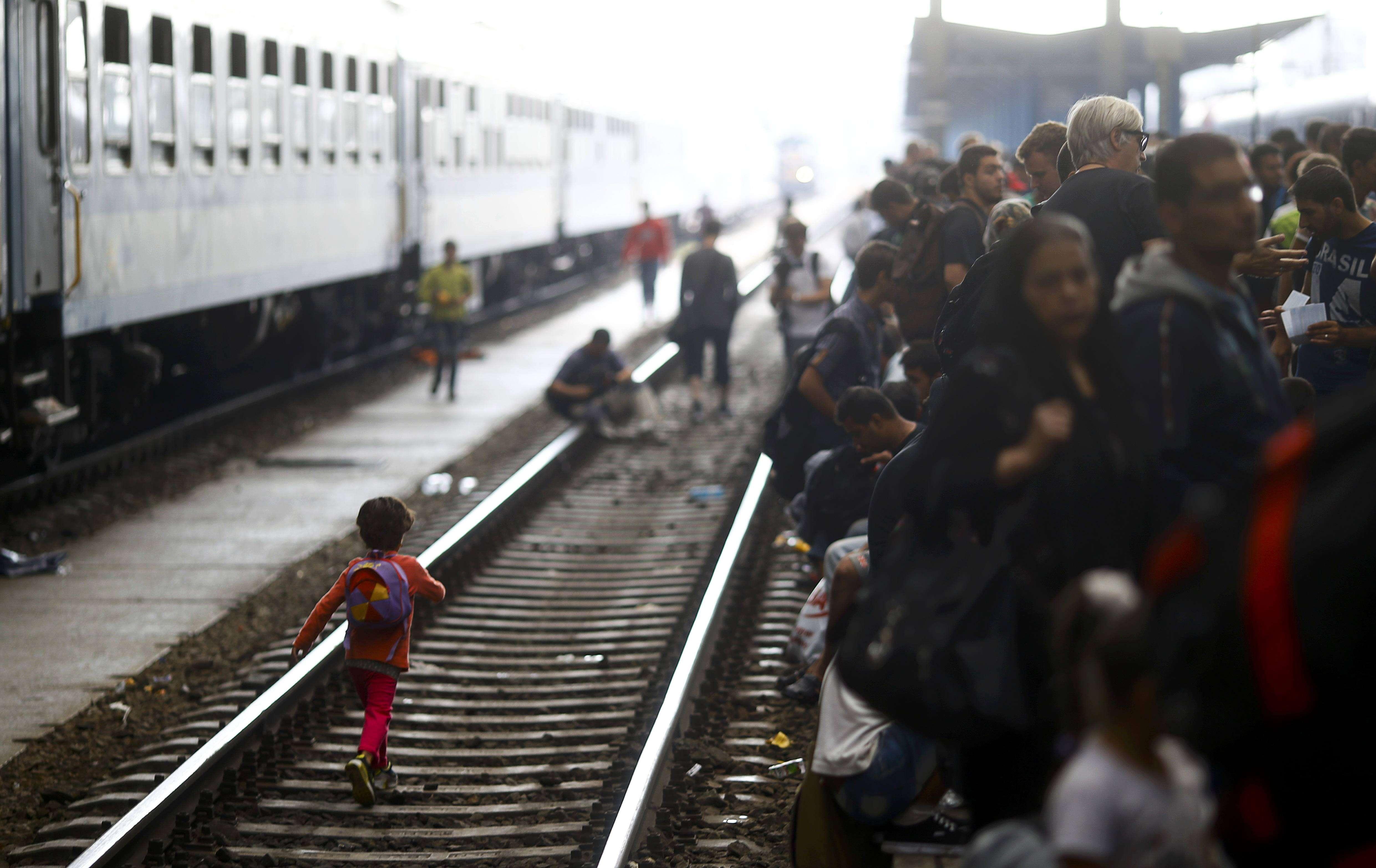 Un copil imigrant merge pe calea ferată (Foto: Reuters/Leonhard Foeger)
