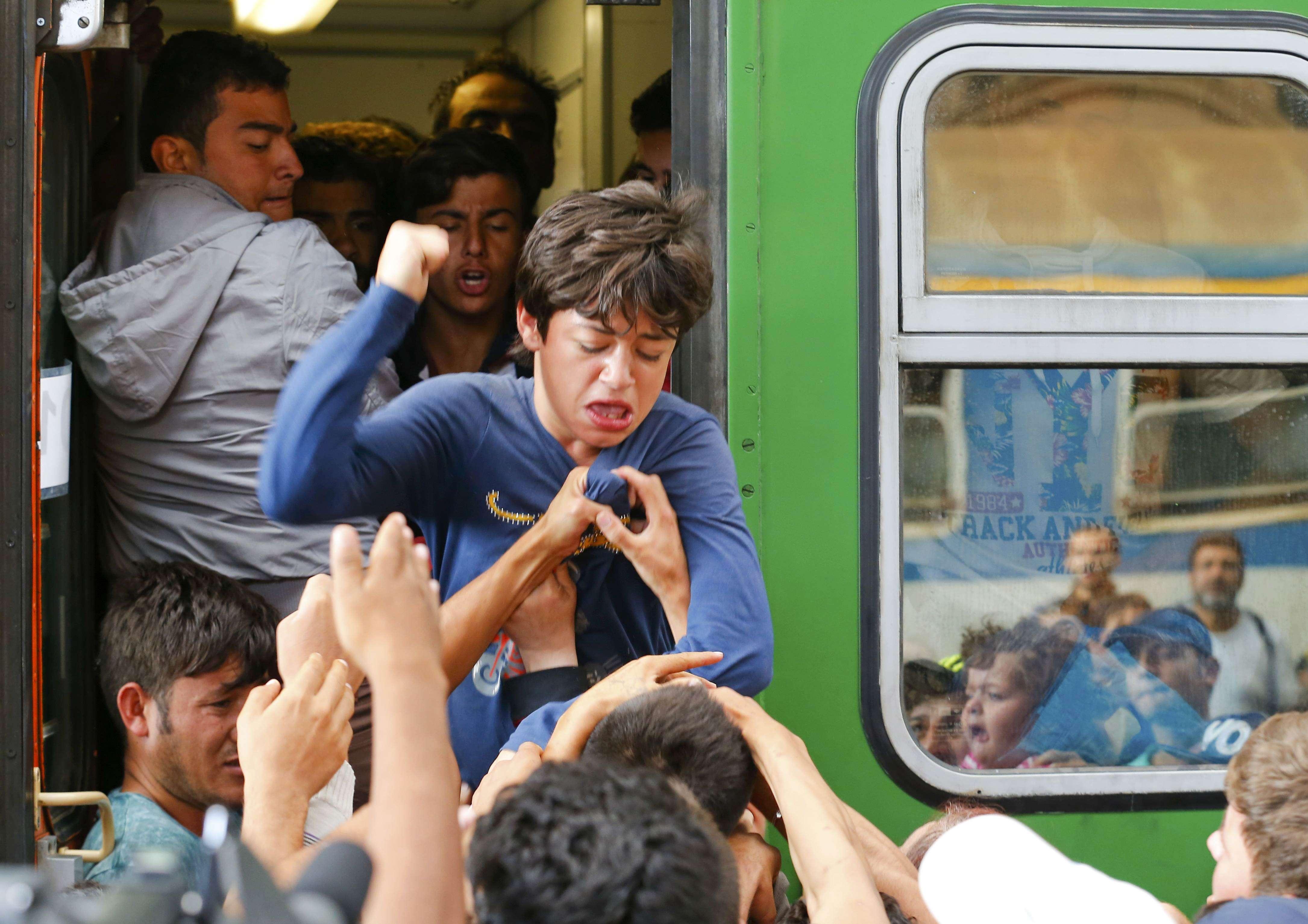 Conflict între imigranţi, la urcarea în tren (Foto: Reuters/Laszlo Balogh)