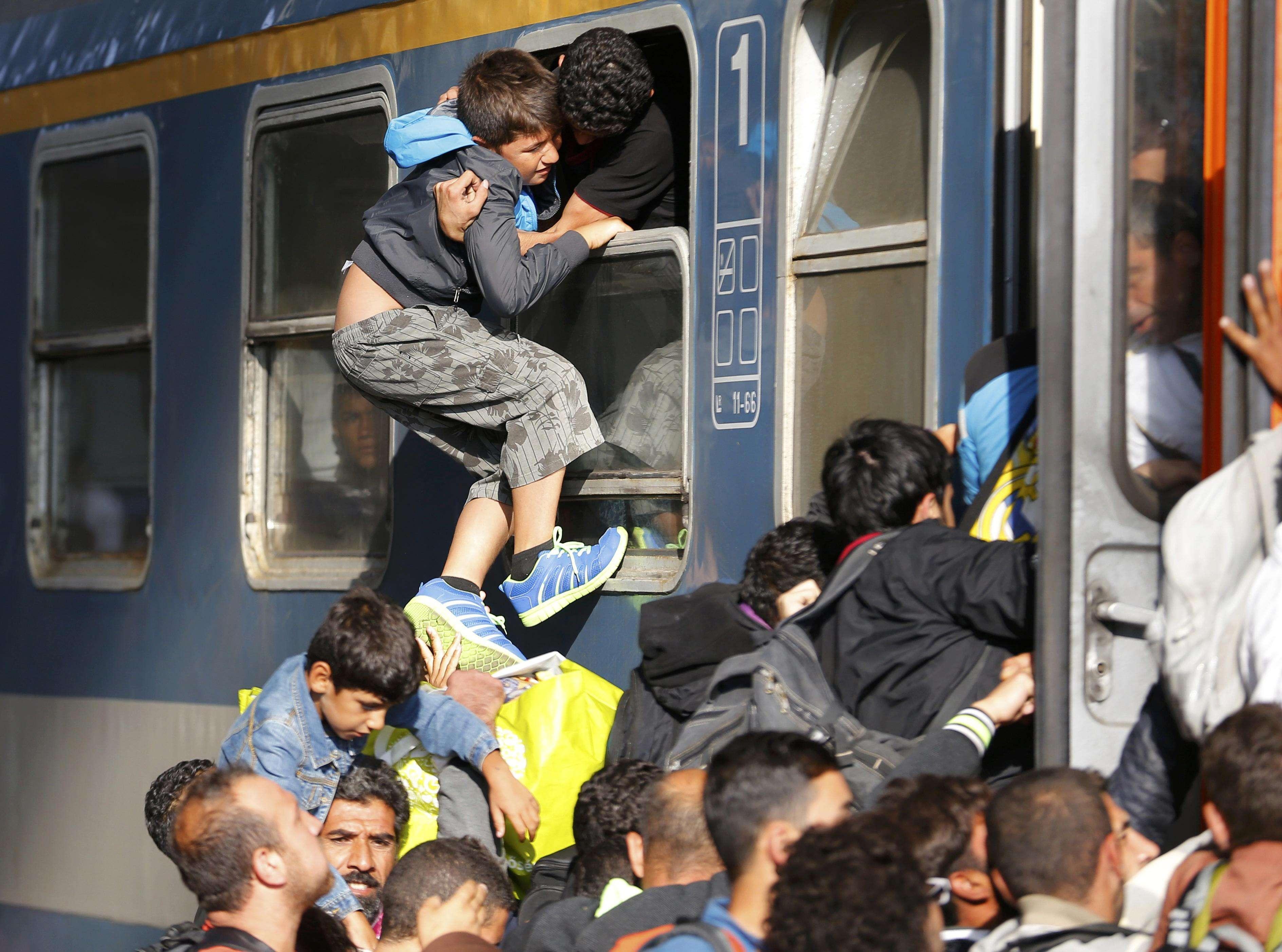 Adolescent imigrant, tras în tren pe geamul vagonului (Foto: Reuters/Laszlo Balogh)