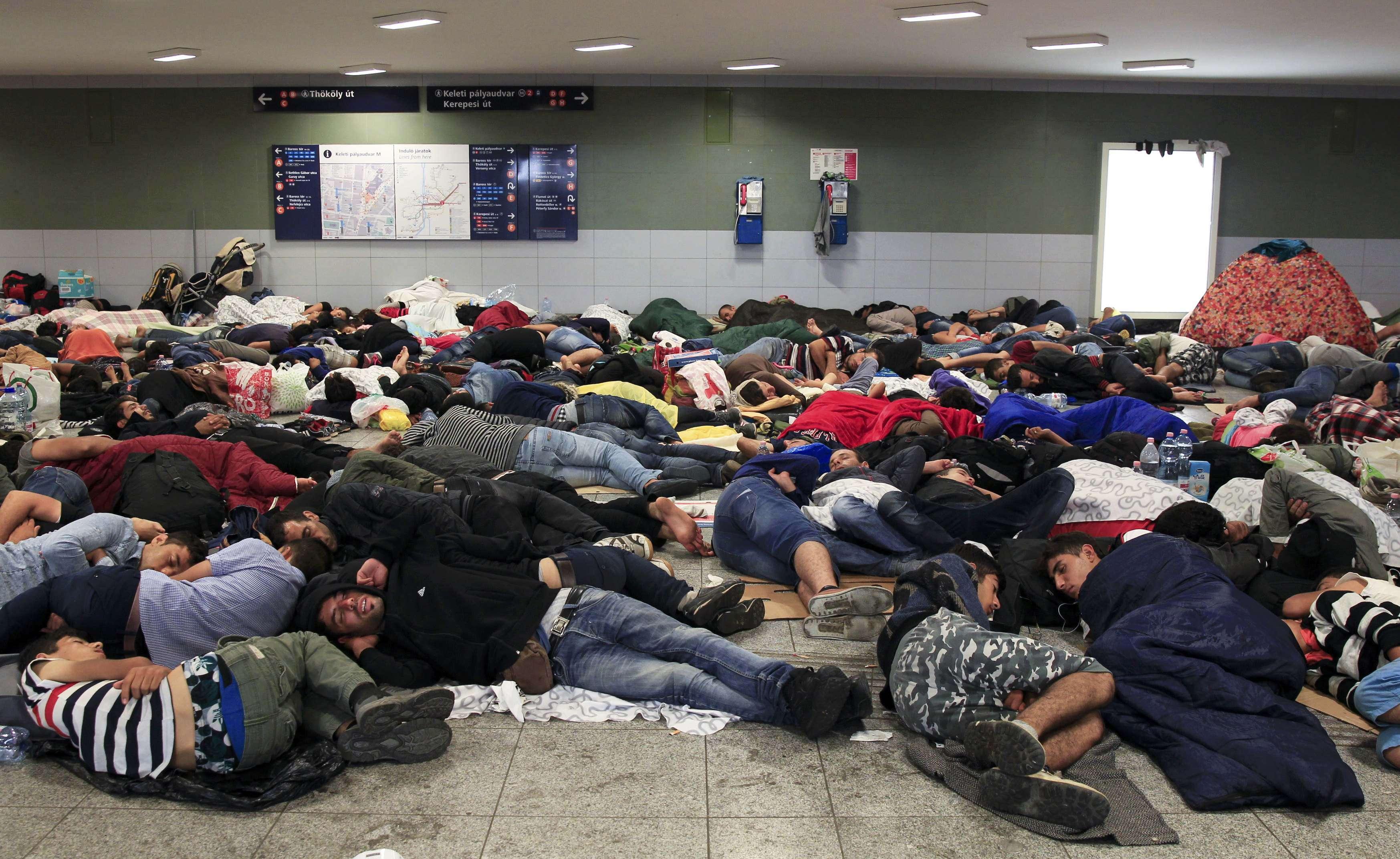 Imigranţi dorm pe jos în gara Keleti din Budapesta (Foto: Reuters/Bernadett Szabo)