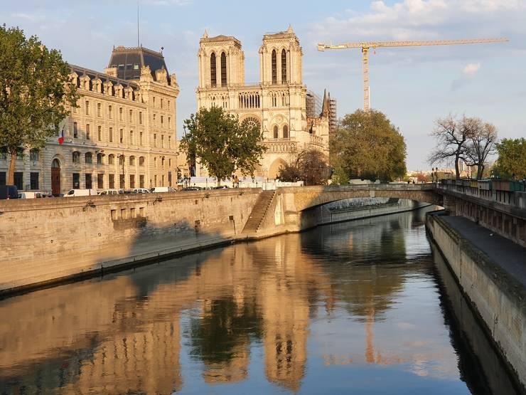 Vedere de ansamblu a catedralei Notre-Dame, de pe podul Saint-Michel