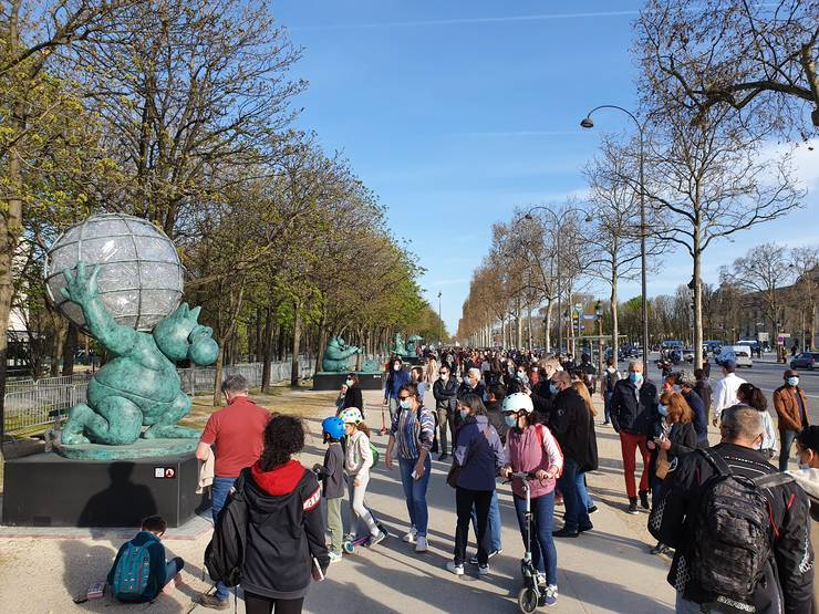 Lume multà pe Champs-Elysées ca sà vadà statuile lui Philippe Geluck.