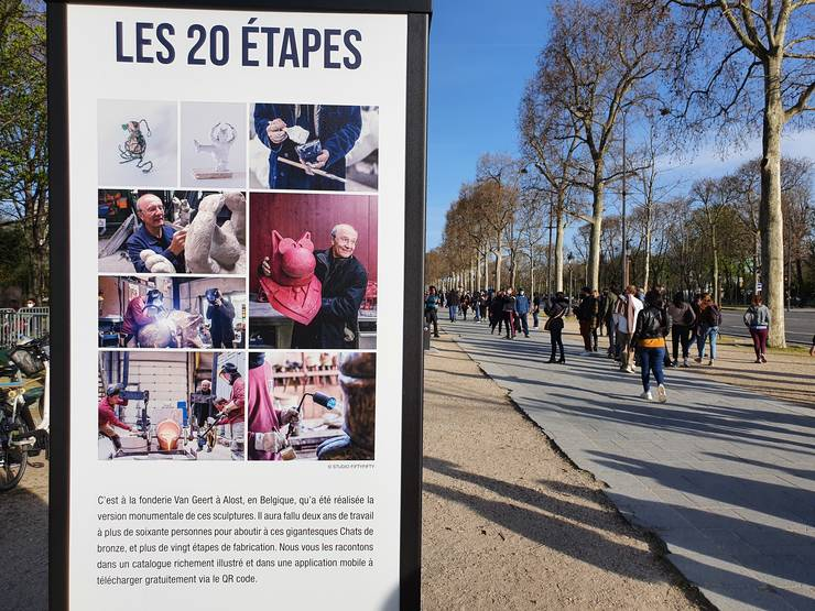 """O parte din cele 22 de etape necesare realizàrii unei statui cu """"Chat"""", explicate pe un panou de pe Champs-Elysées."""