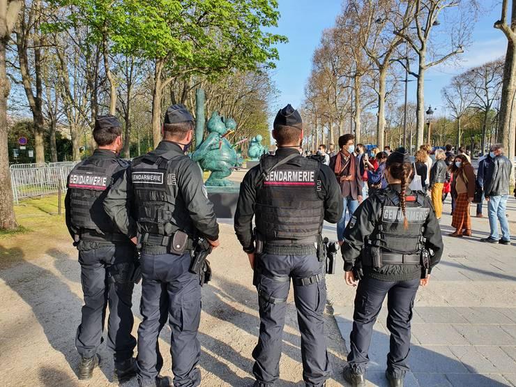 Un grup de politisti vegheazà (uneori cu megafonul) asupra respectàrii màsurilor sanitare impuse pentru a combate epidemia de Covid.