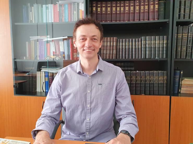 Profesorul Mircea Dan Bob în biroul sàu de la Universitatea Babes-Bolyai din Cluj, mai 2021.