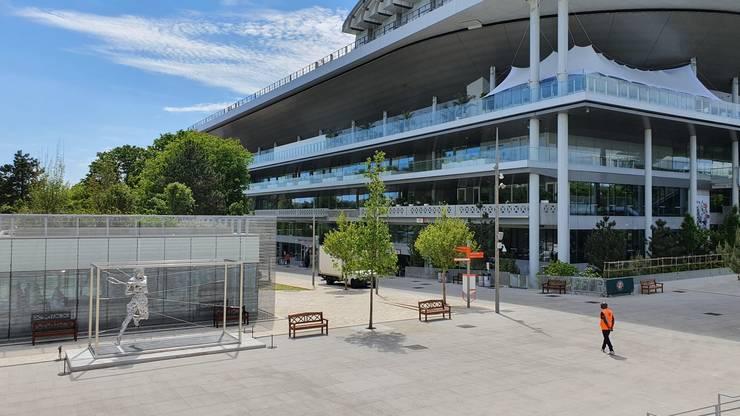 O statuie a lui Rafael Nadal (de 13 ori învingàtor la Roland-Garros) a fost instalatà nu departe de arena centralà.O statuie a lui Rafael Nadal (de 13 ori învingàtor la Roland-Garros) a fost instalatà nu departe de arena centralà.